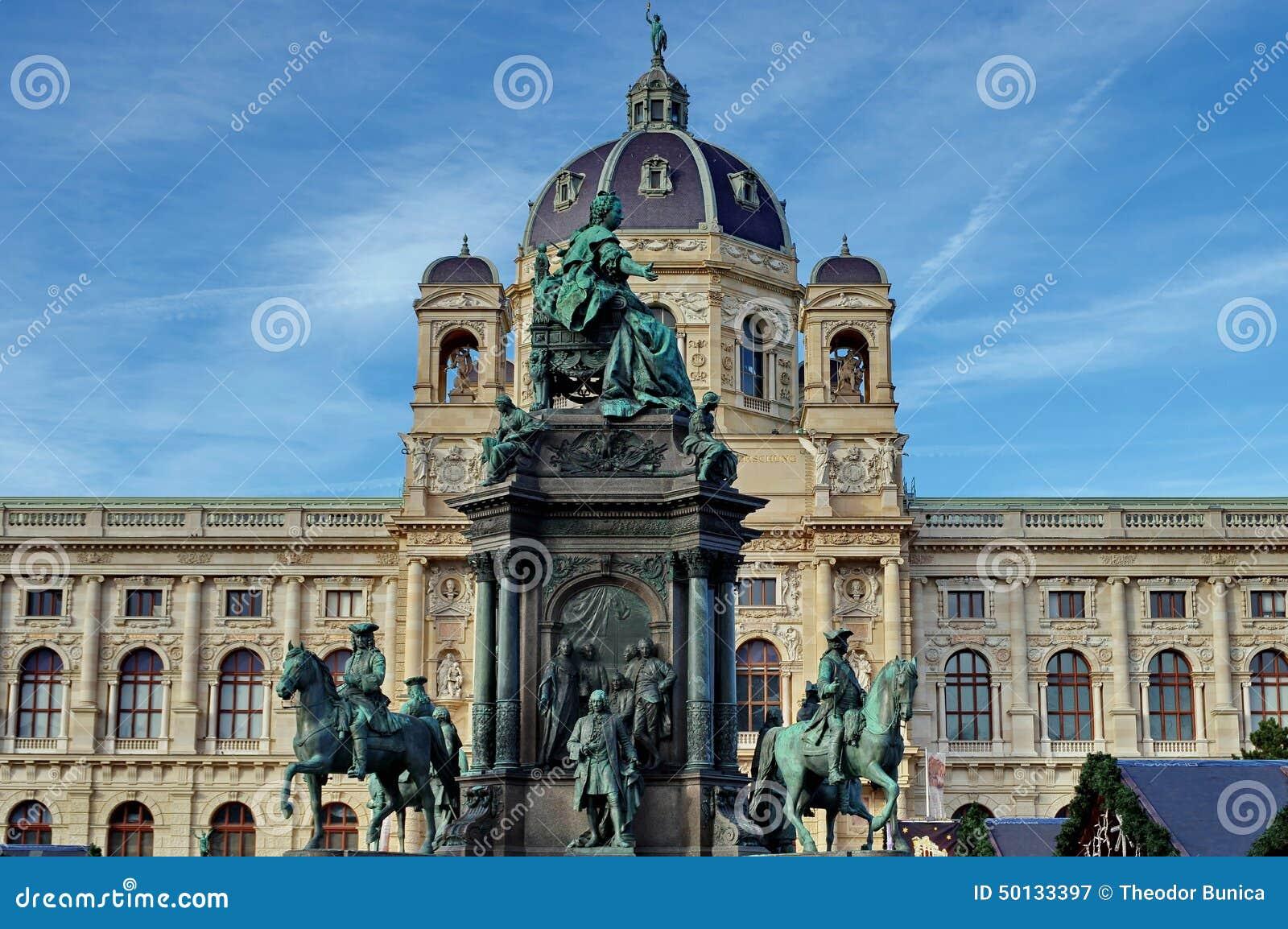 Statua Maria Theresa i historia naturalna w tle muzeum