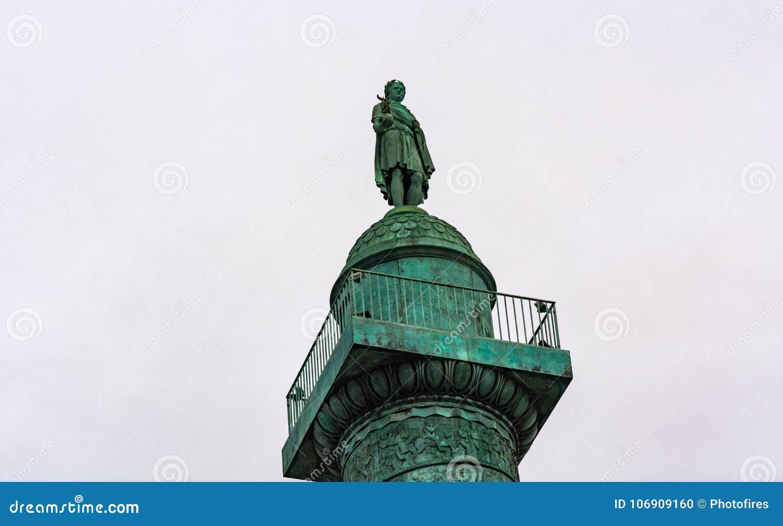 Statua na górze Vendome kolumny w Paryż