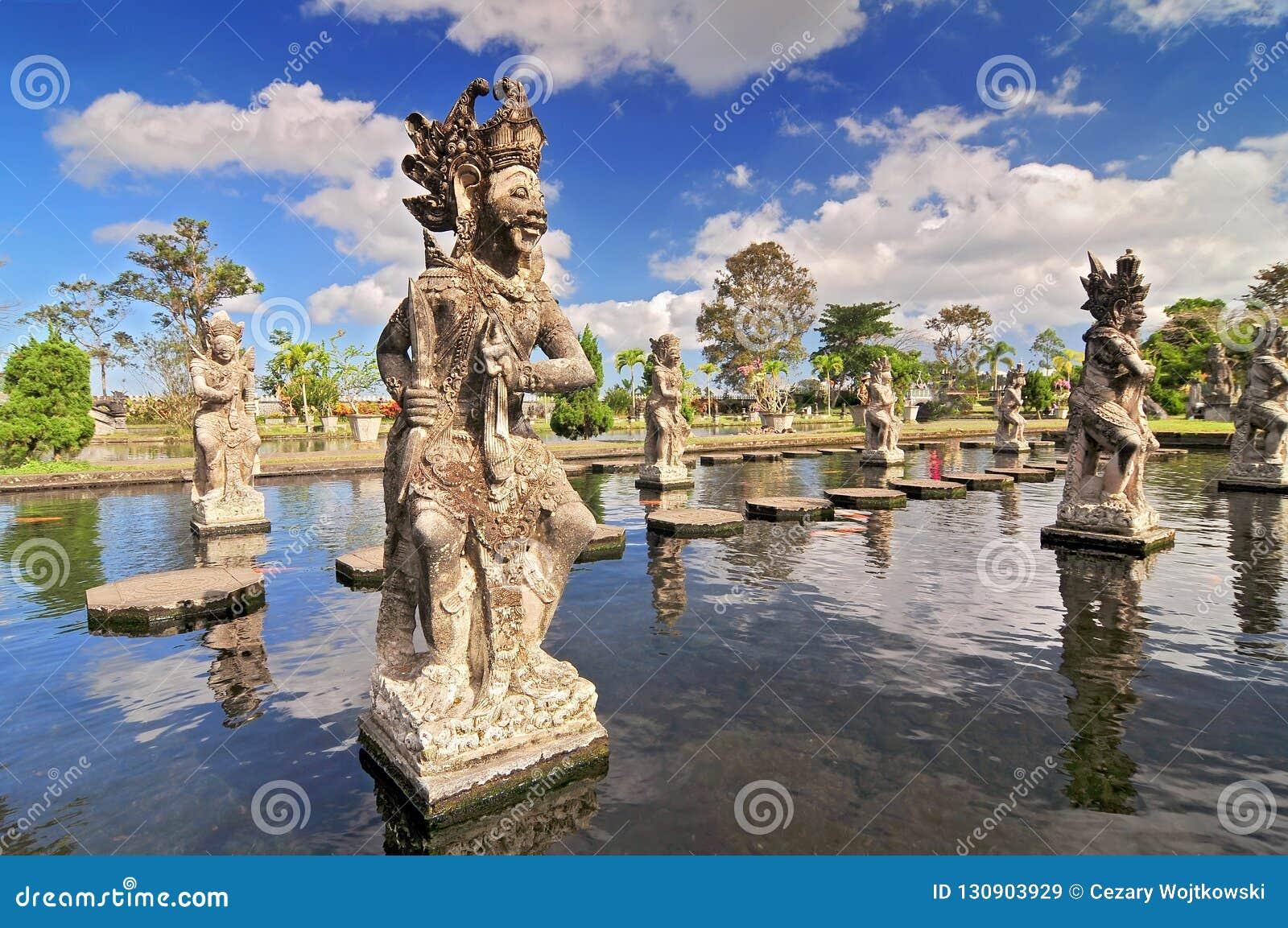 Statua przy Tirtagangga wody pałac w Bali, Indonezja