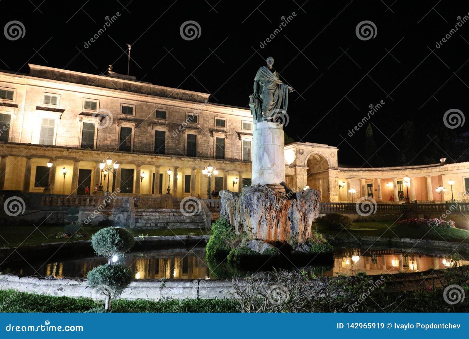 Statua Sir Frederick Adam Pavlos Prosalentis przed pałac Świątobliwy Michael i George nocą, Kerkyra, Corfu wyspa,