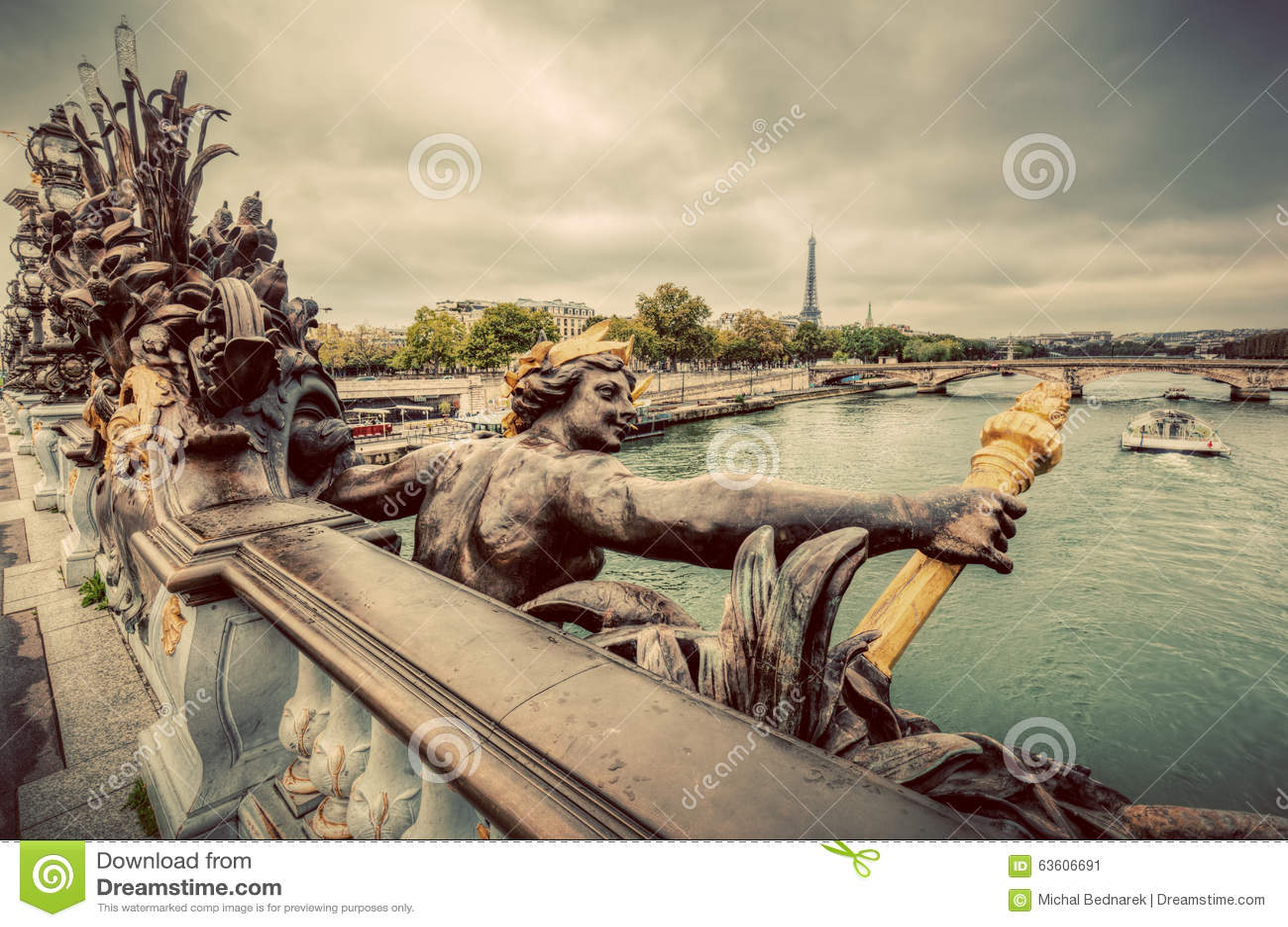Statua sul ponte di Pont Alexandre III a Parigi, Francia Fiume e Torre Eiffel di Seine