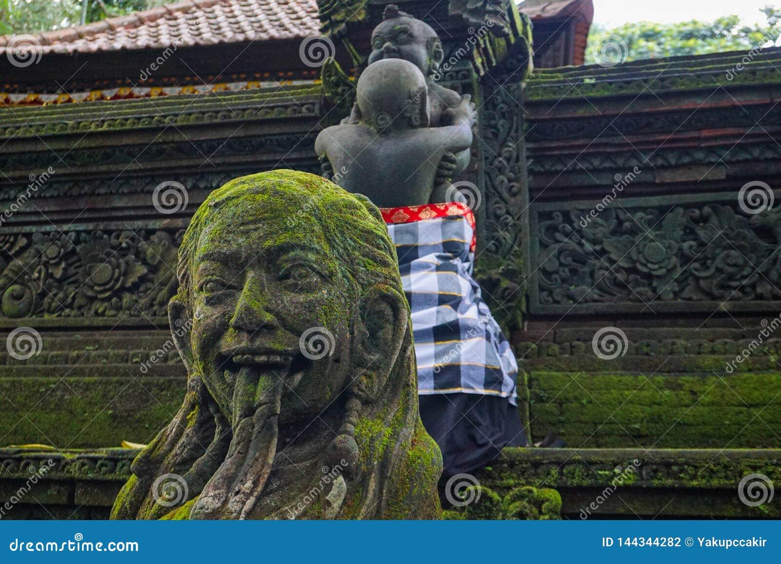 Statua w Hinduskiej świątyni w Ubud małpy lesie zakrywającym mech, Bali wyspa, Indonezja