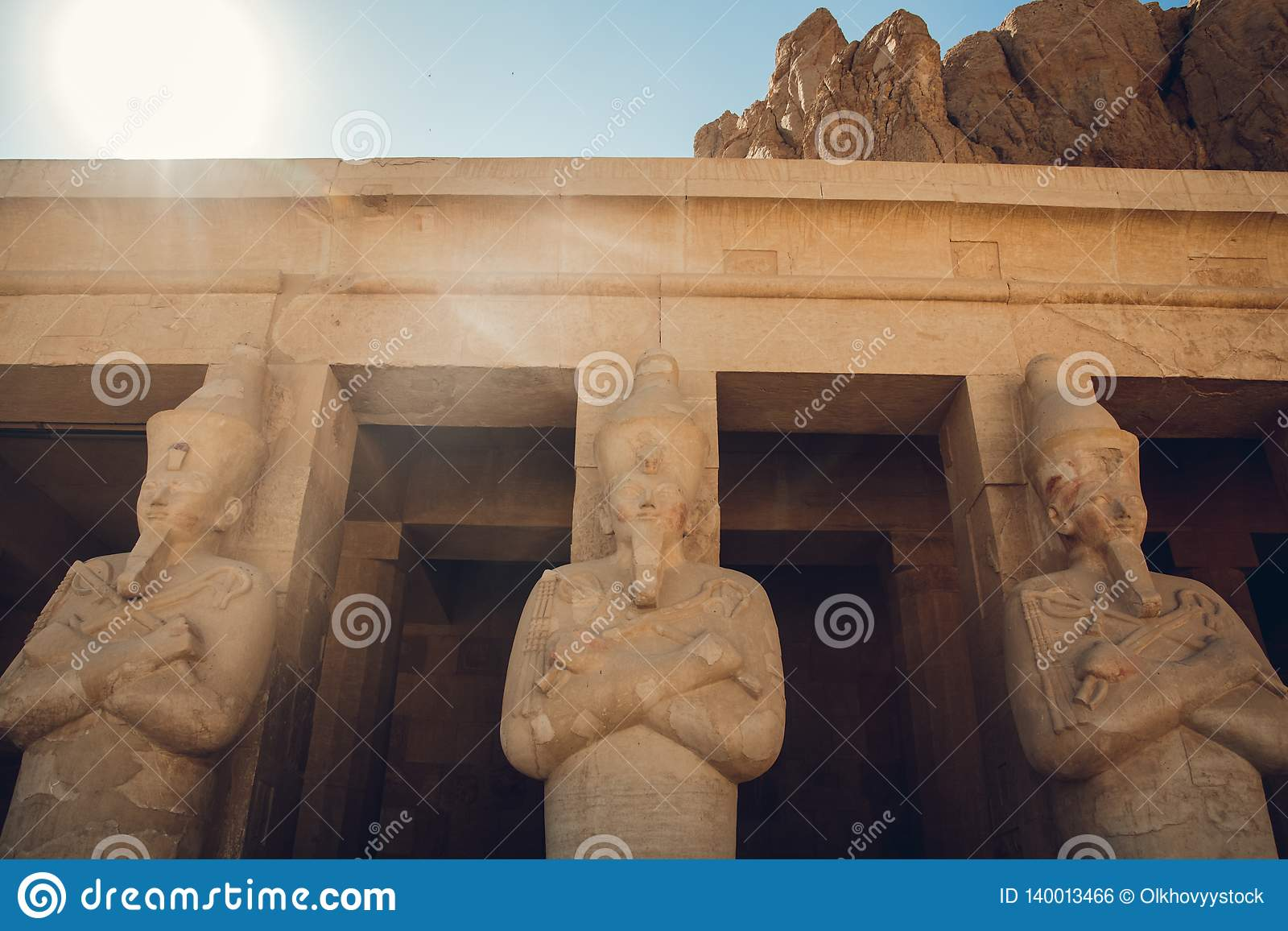 Statua wielki egipski Pharaoh w Luxor świątyni, Egipt