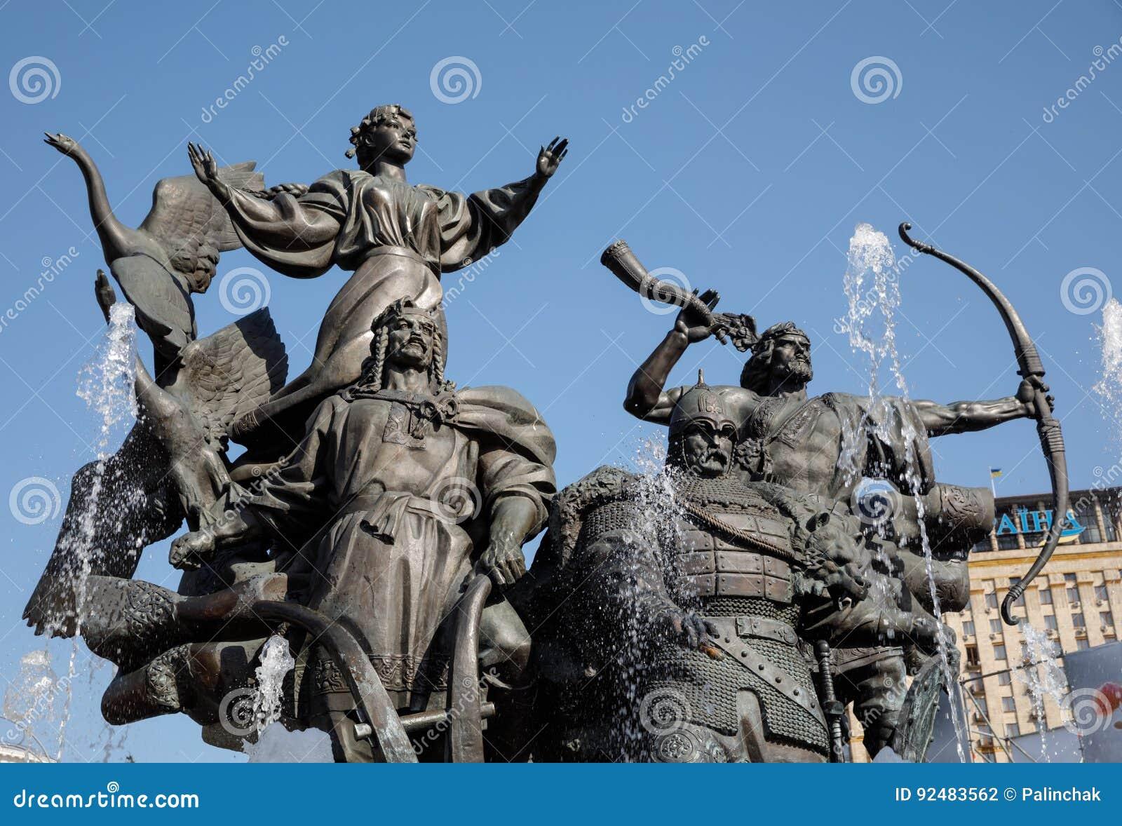 Statua założyciele Kijów przy niezależność kwadratem
