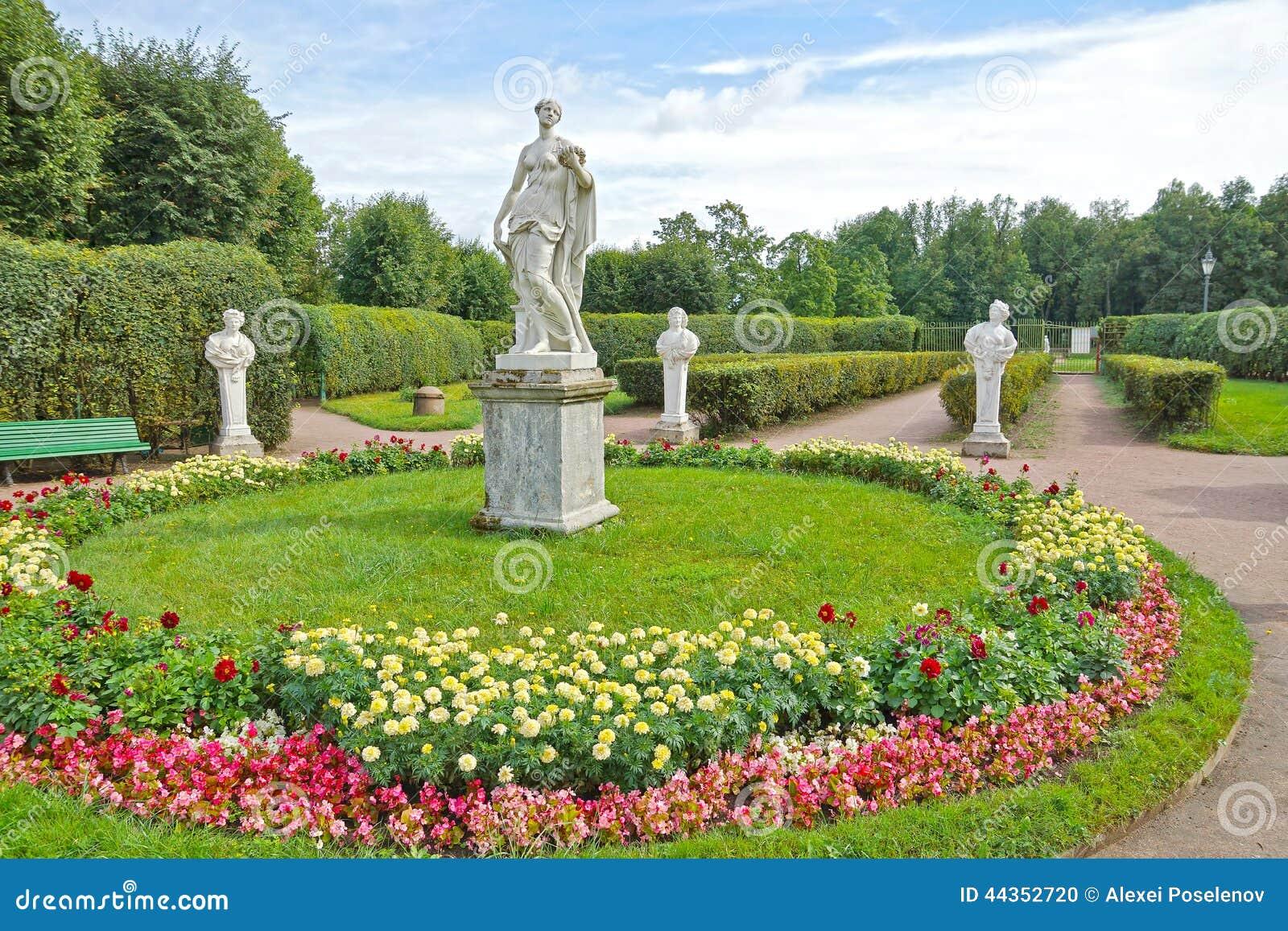 Statue antiche nel giardino floreale