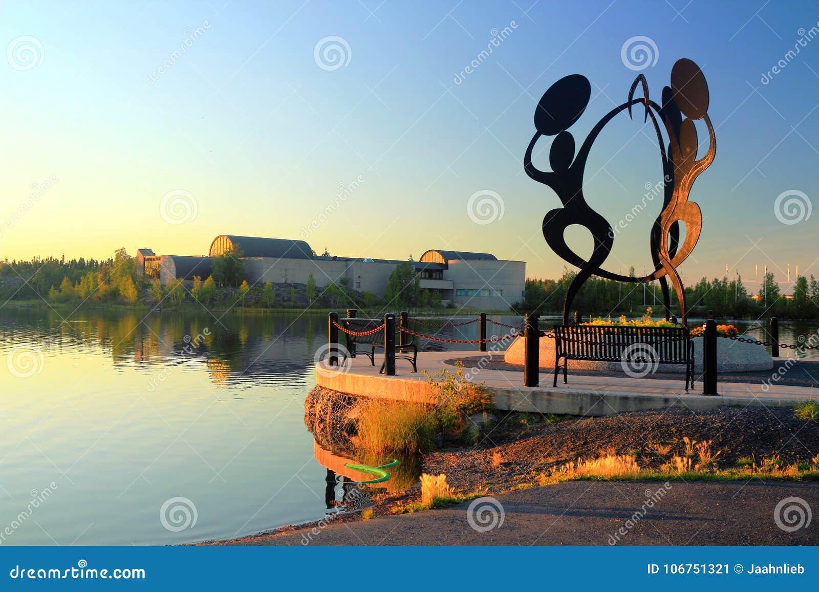 Statue chez Sombe K& x27 ; parc d e et plaza civique avec le centre du nord d héritage de prince de Galles, Yellowknife