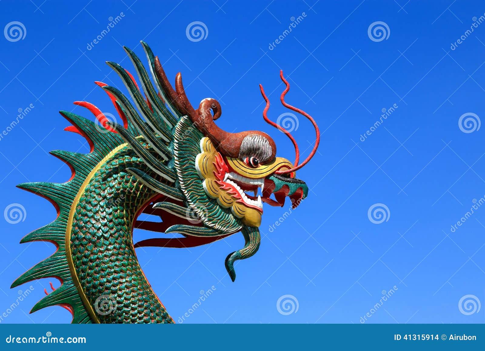 Statue chinoise de dragon sur le fond de ciel bleu