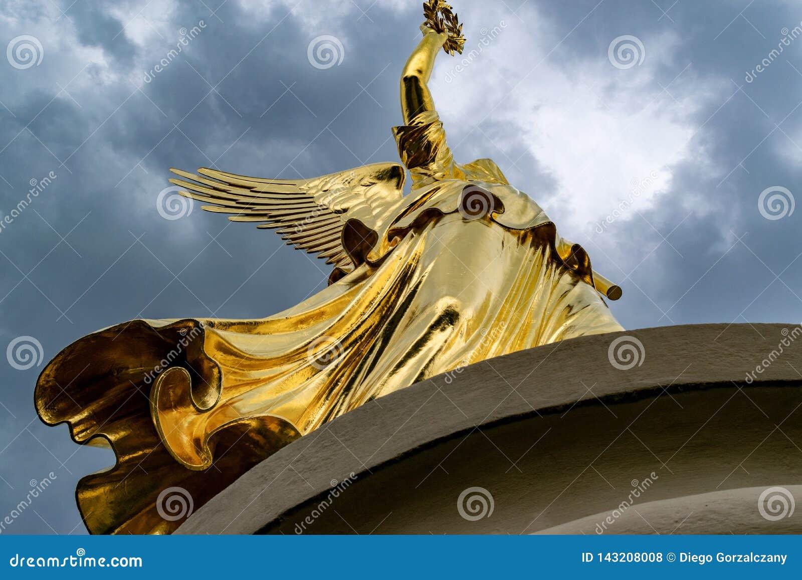 Statue d or à la colonne de victoire à Berlin dans un jour nuageux