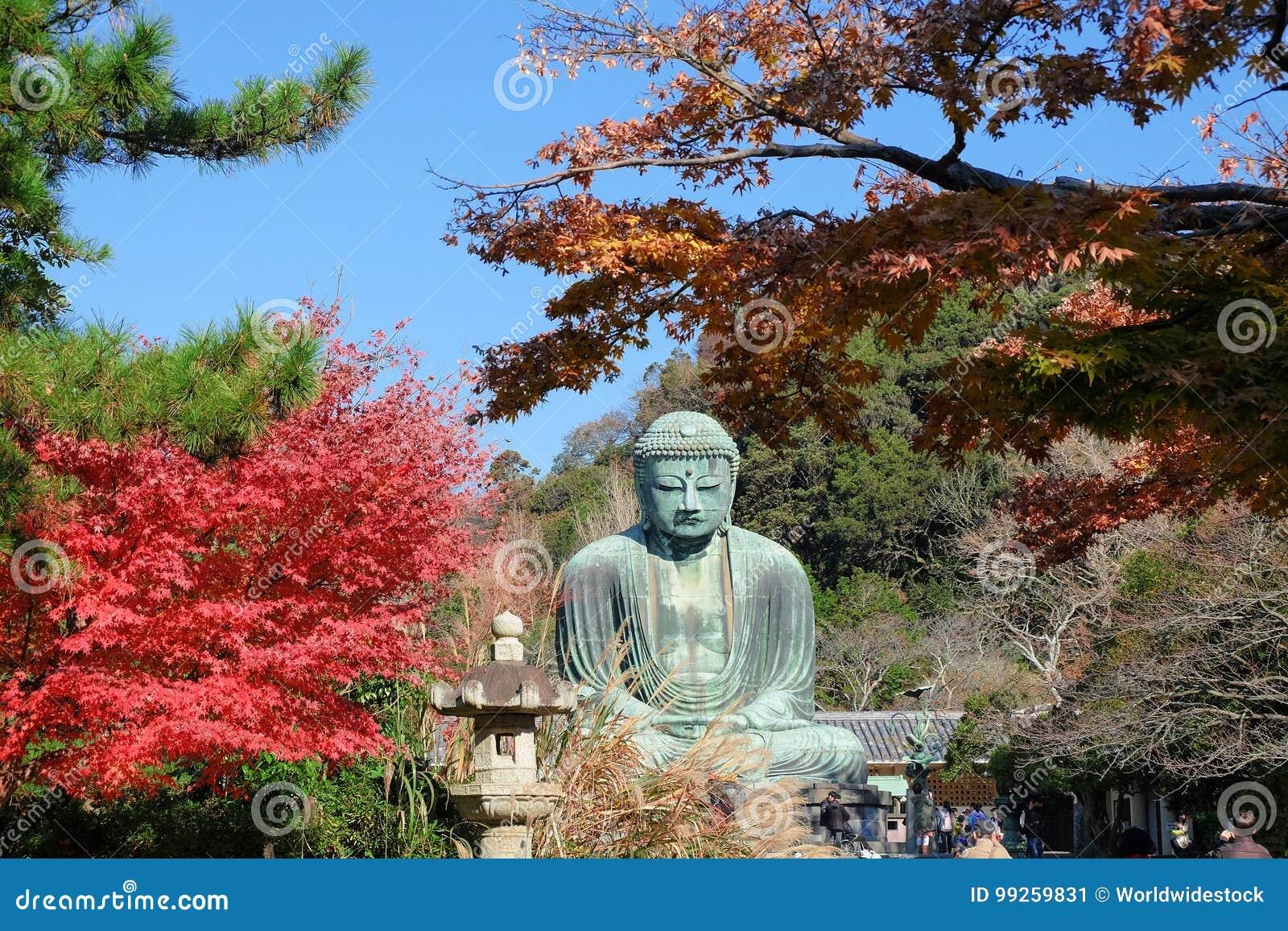 Statue d Amitabha Bouddha Daibutsu dans la saison d automne