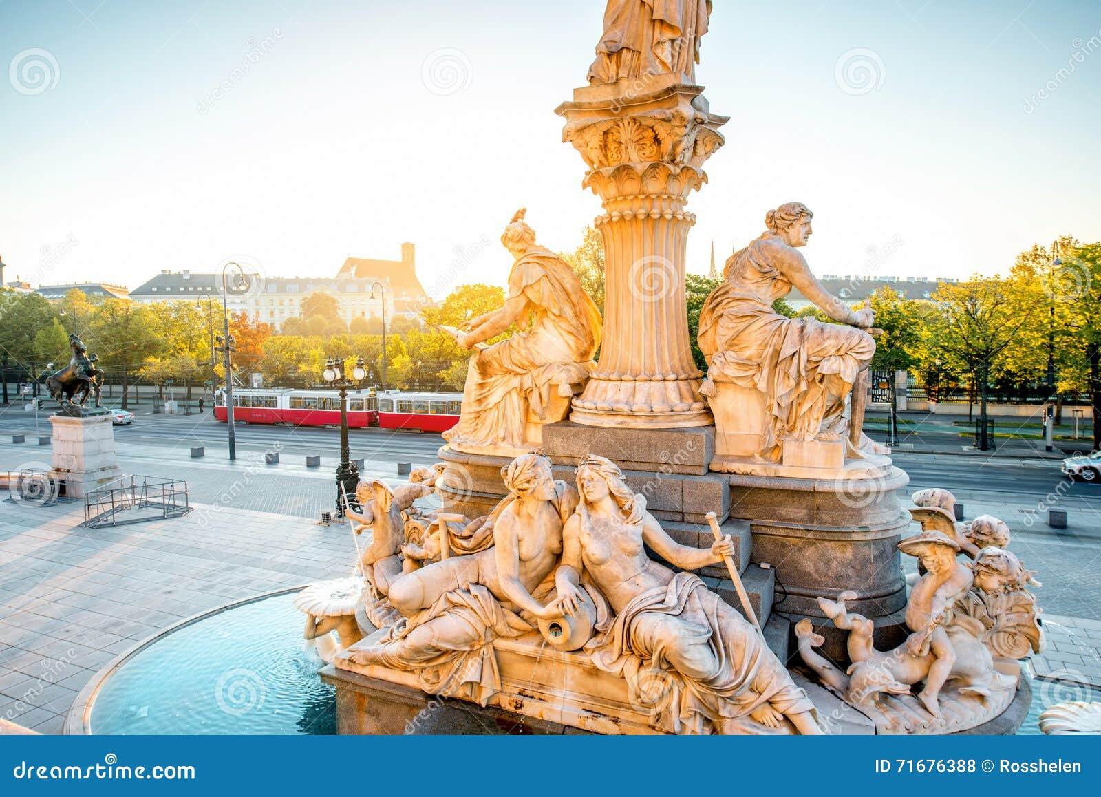 Statue d Athéna près du bâtiment de Parlament à Vienne