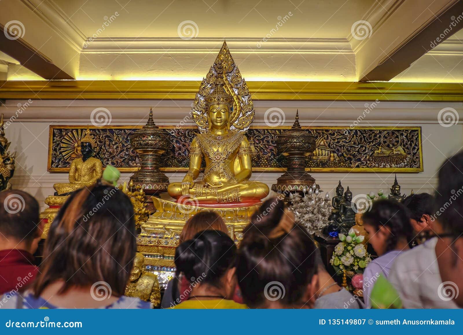 """Statue d or de Bouddha avec le touriste sur la montagne d or dans le temple de seket de Wat dans le festival """"de Krathong de loi"""