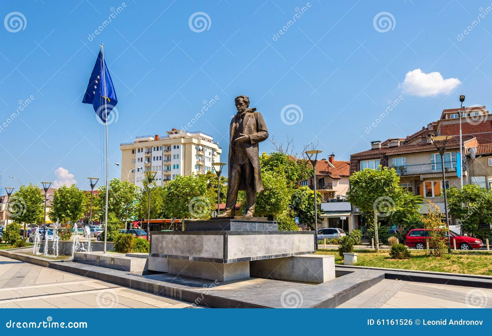 Statue d Ibrahim Rugova dans Pristina