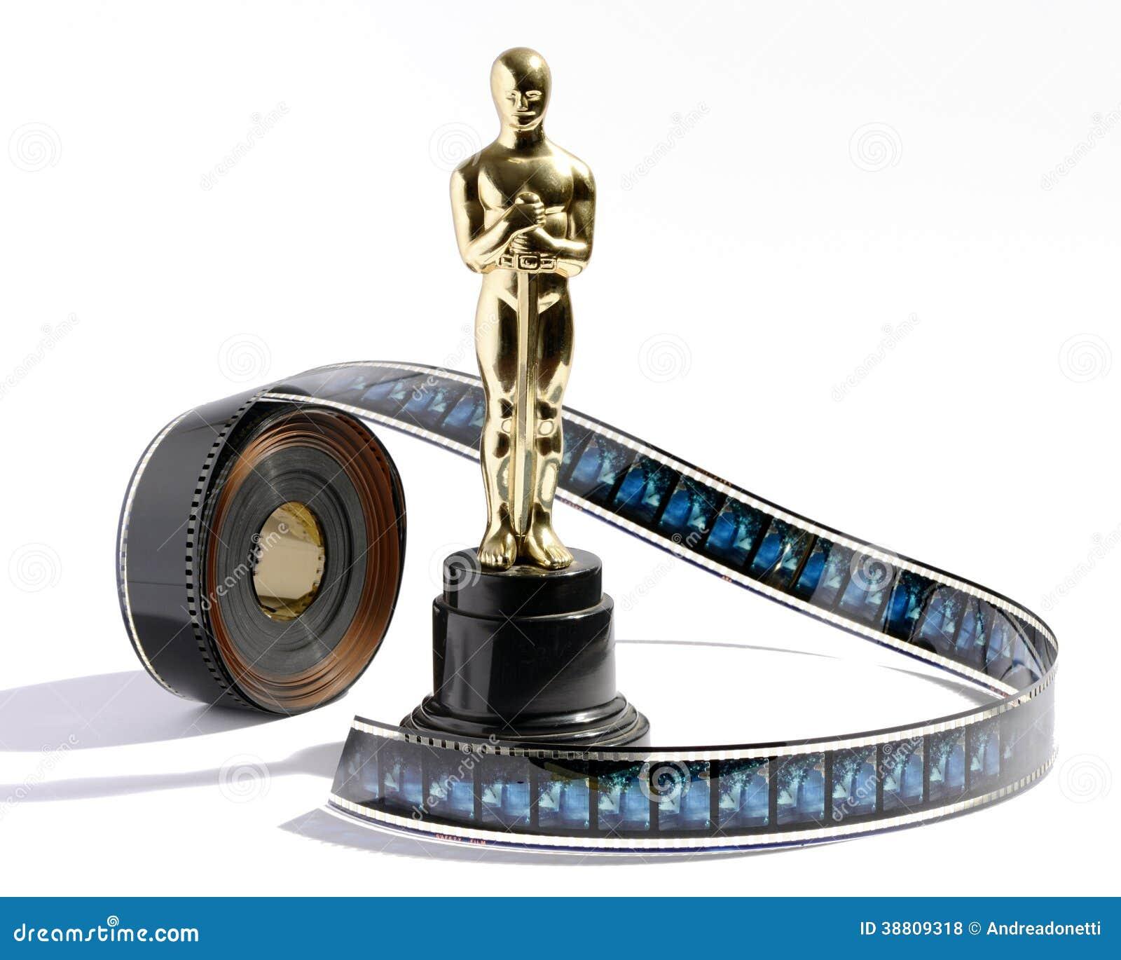 Statue d oscar de reproduction avec un rouleau de pellicule cinématographique