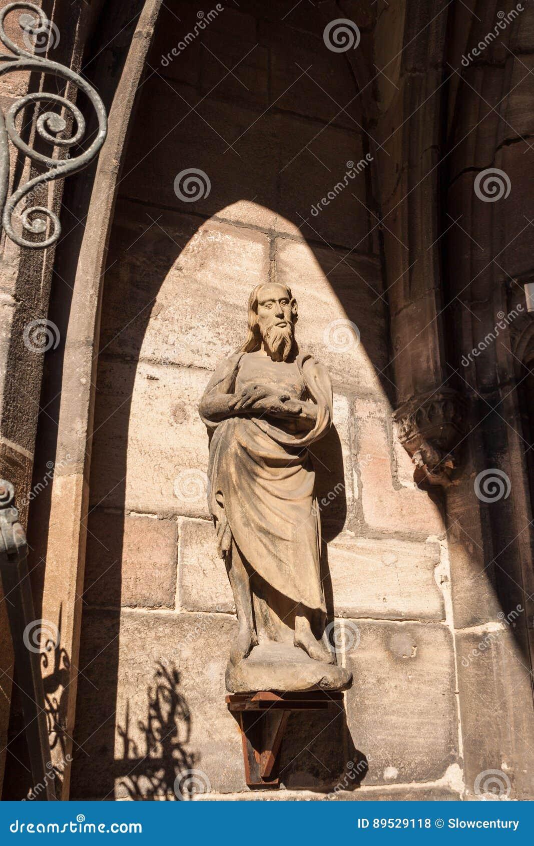 Statue dans le portail de la porte du sud de la cathédrale de St Lorenz, Nurember