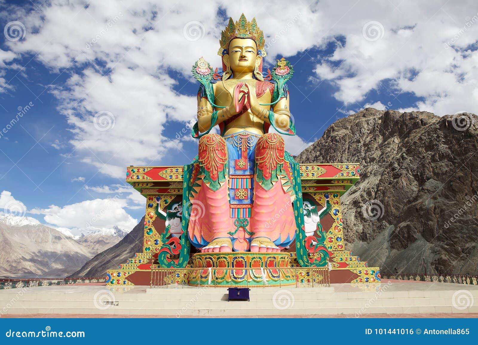 Statue de Bouddha près de monastère de Diskit en vallée de Nubra, Ladakh, Inde