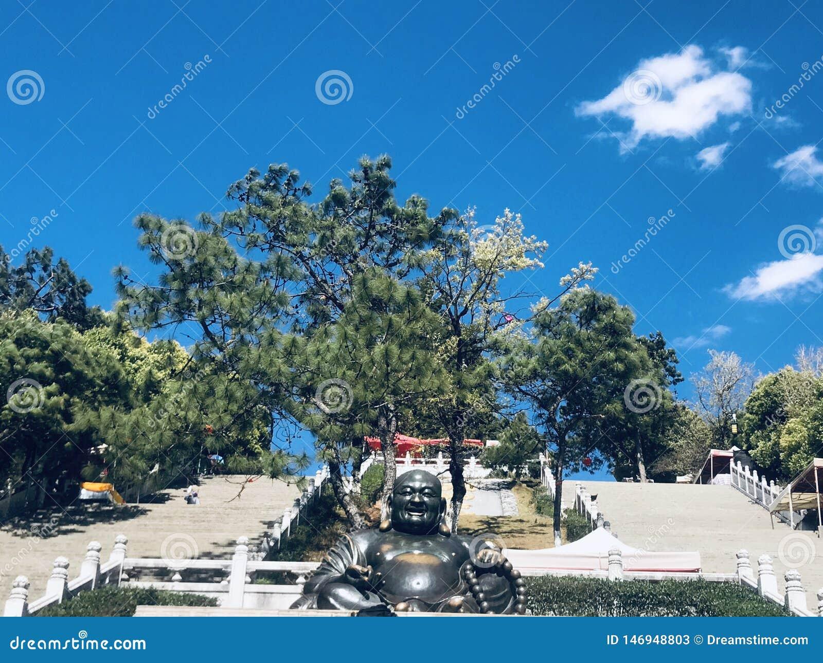 Statue de Bouddha, sous le ciel bleu et les nuages blancs