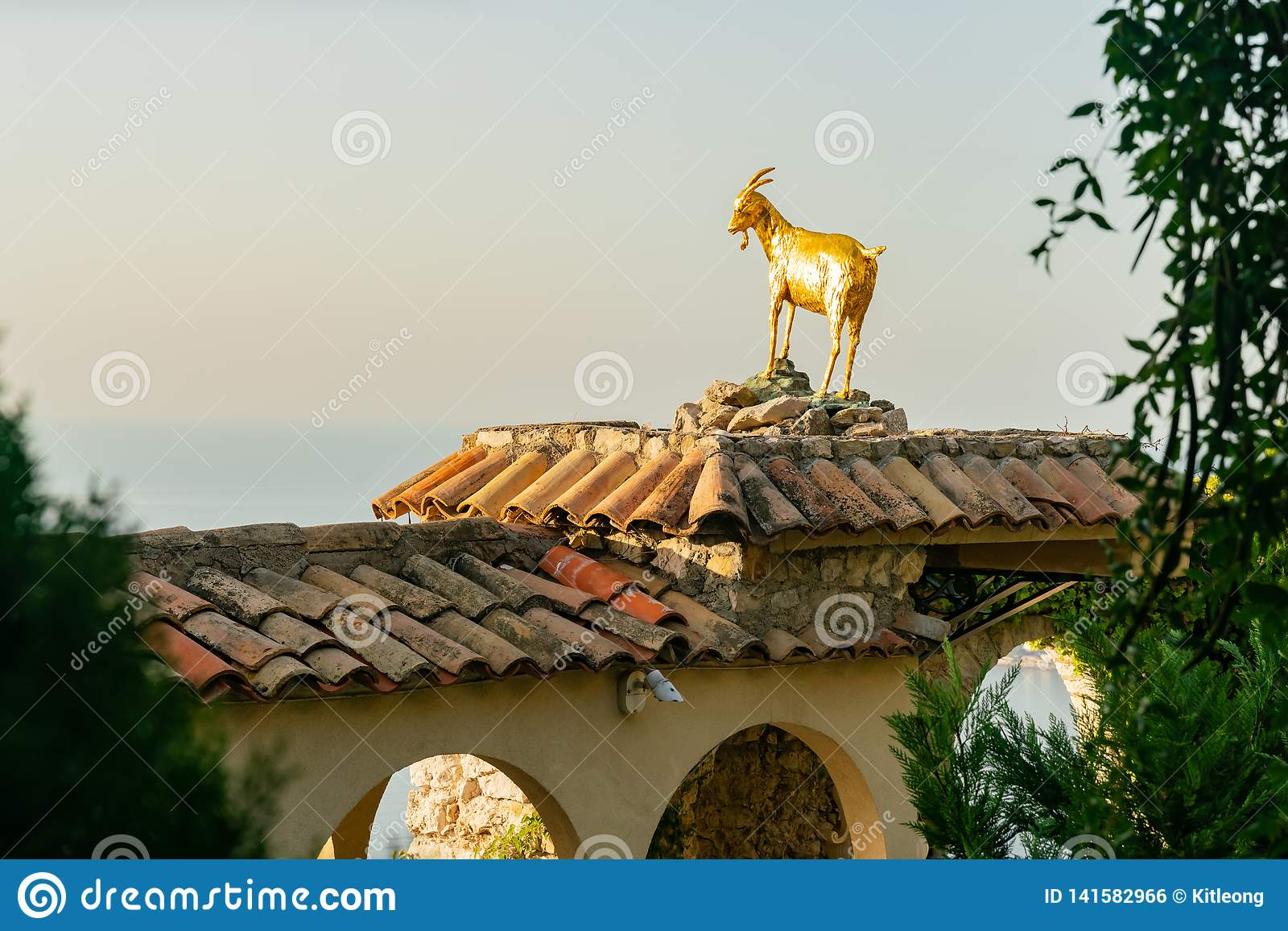 Statue de chèvre d or dans le beau et historique village d Eze