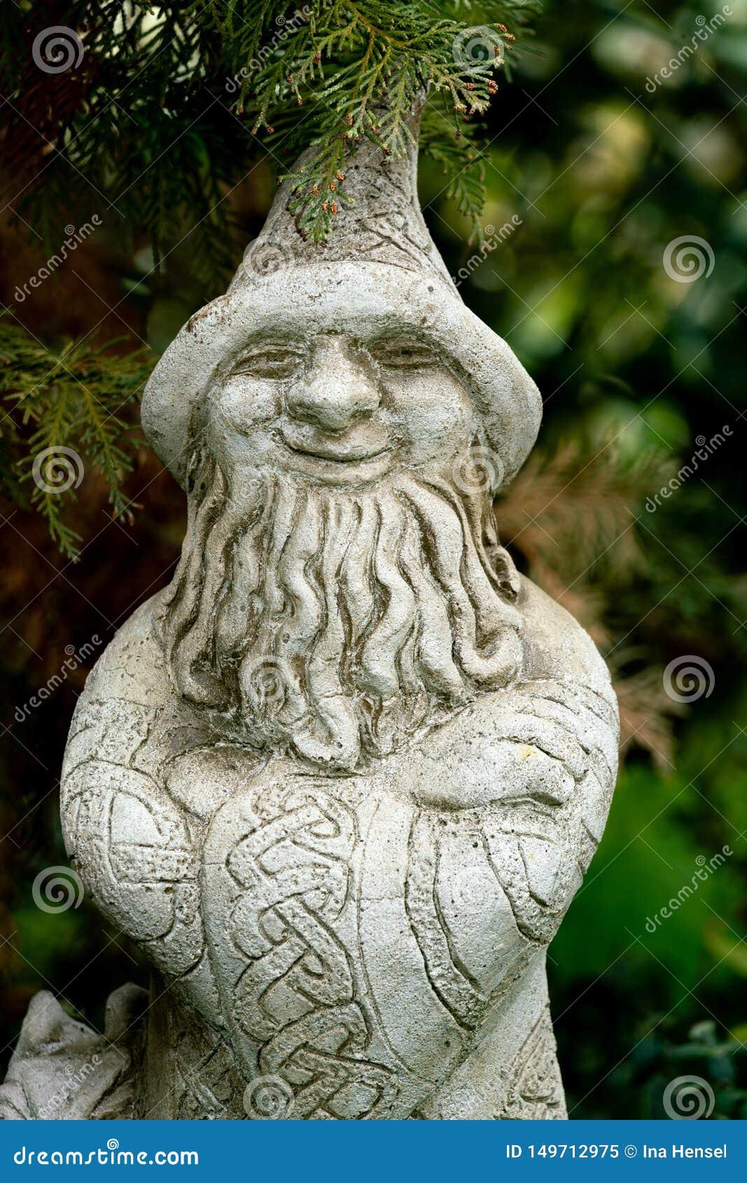 Statue de jardin d un magicien avec le chapeau pointu