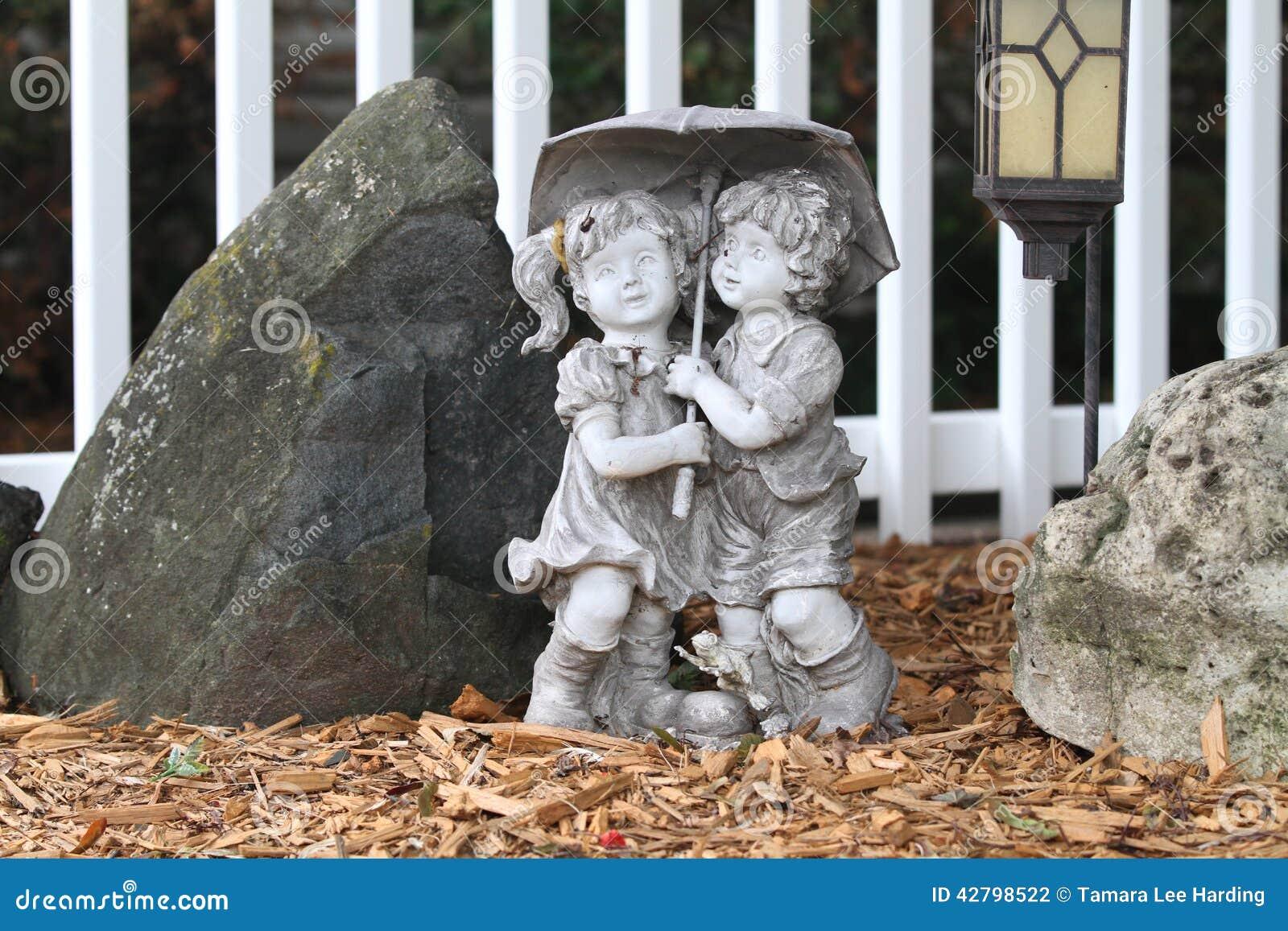 Statue de jardin de deux enfants photo stock image 42798522 - Statue d ange pour exterieur ...