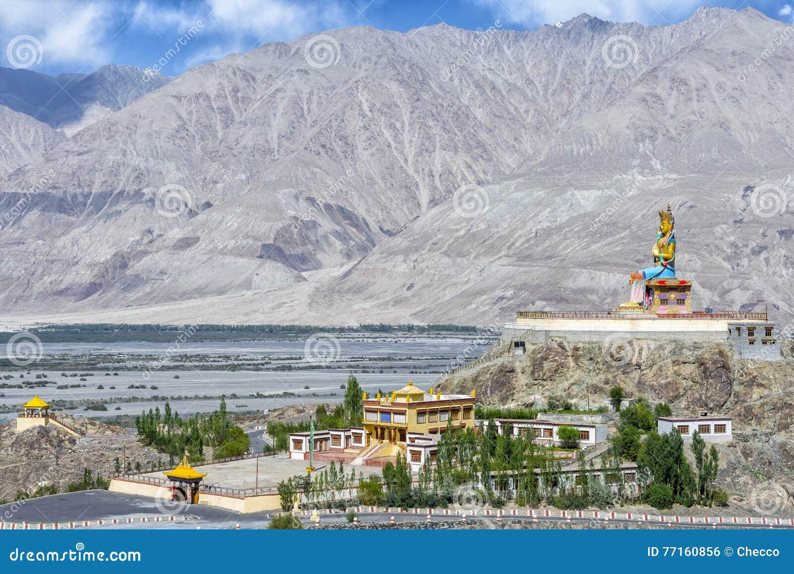Statue de 32 mètres de Maitreya Bouddha près de monastère de Diskit dans Ladakh, Inde