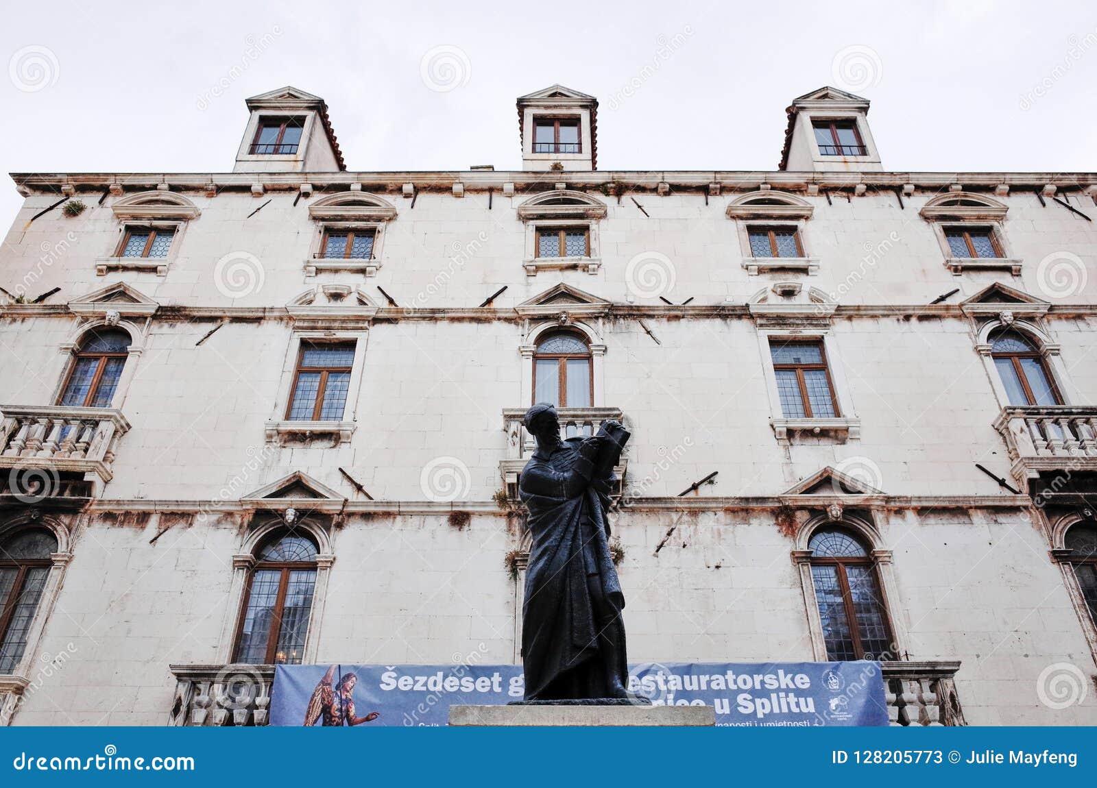 Statue de Marko Marulic, vieille ville de fente, FENTE, CROATIE