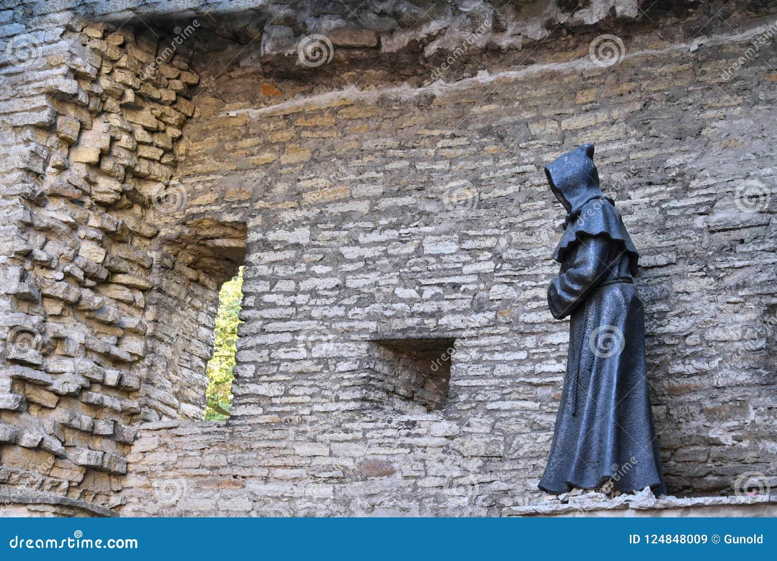 Statue de moine dans la vieille ville de Tallinn, Estonie