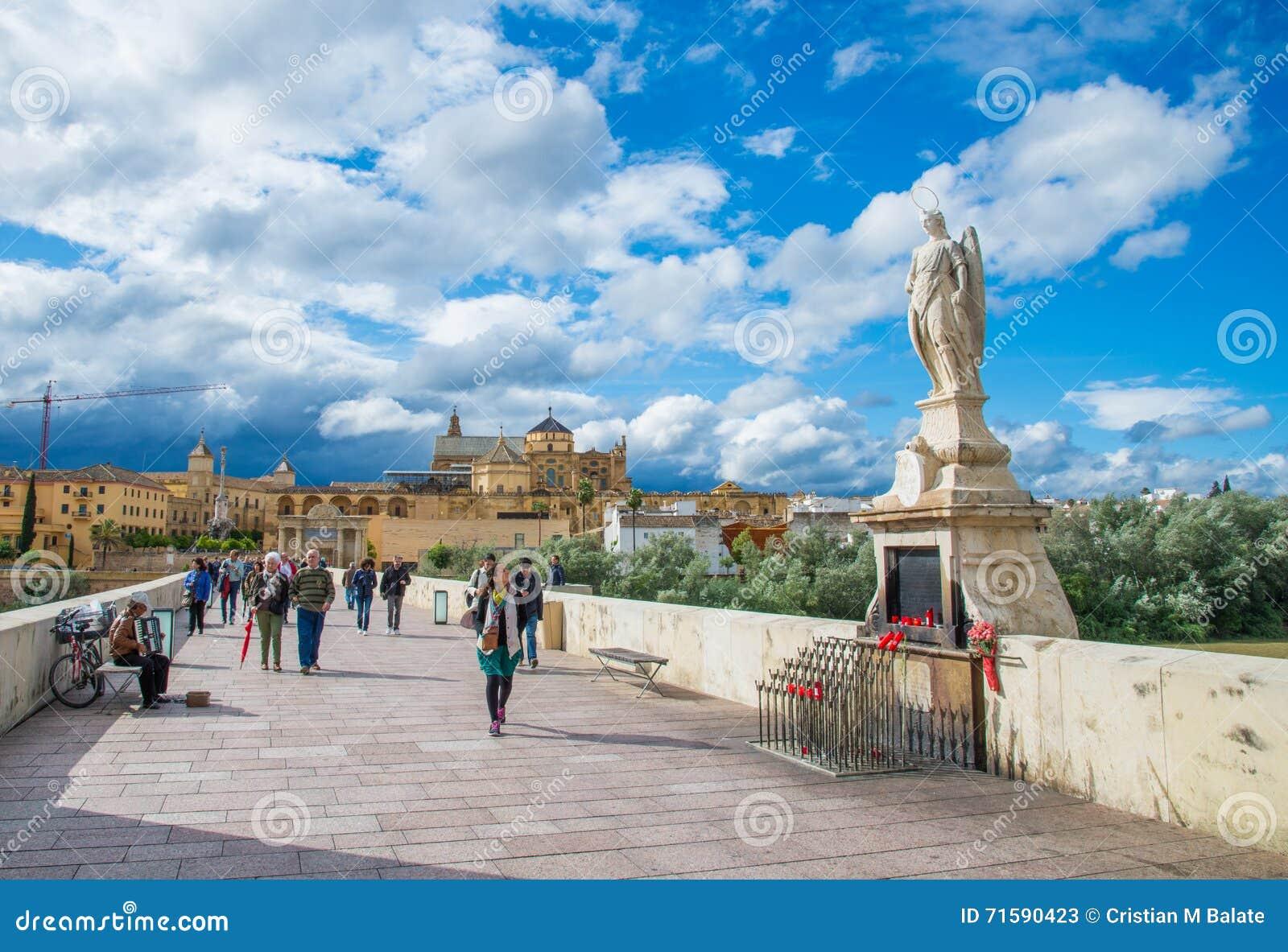 Statue De Raphael Sur Le Pont Romain Cordoue Andalousie