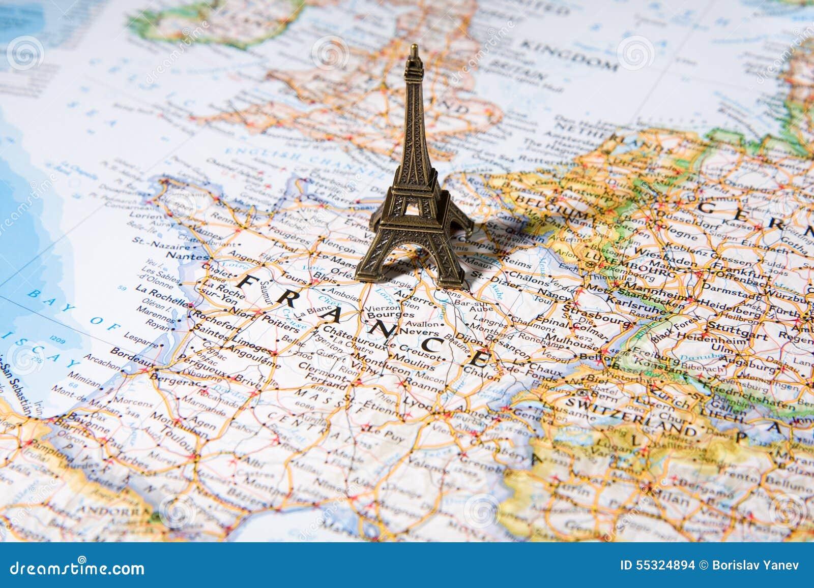 statue de tour eiffel sur une carte paris la plupart de ville romantique photo stock image du. Black Bedroom Furniture Sets. Home Design Ideas