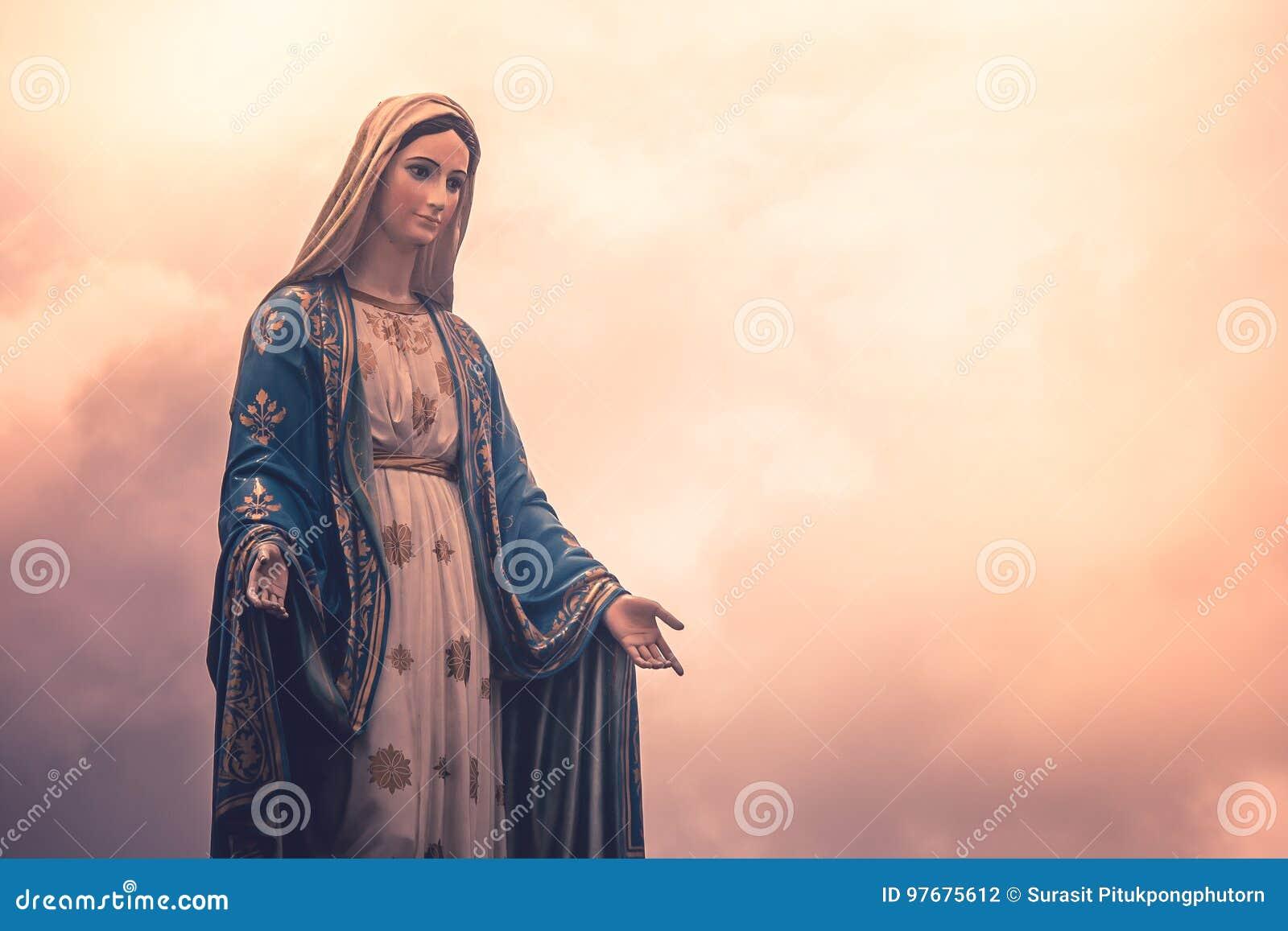 Statue de Vierge Marie à l église catholique avec la lumière du soleil à l arrière-plan nuageux de jour