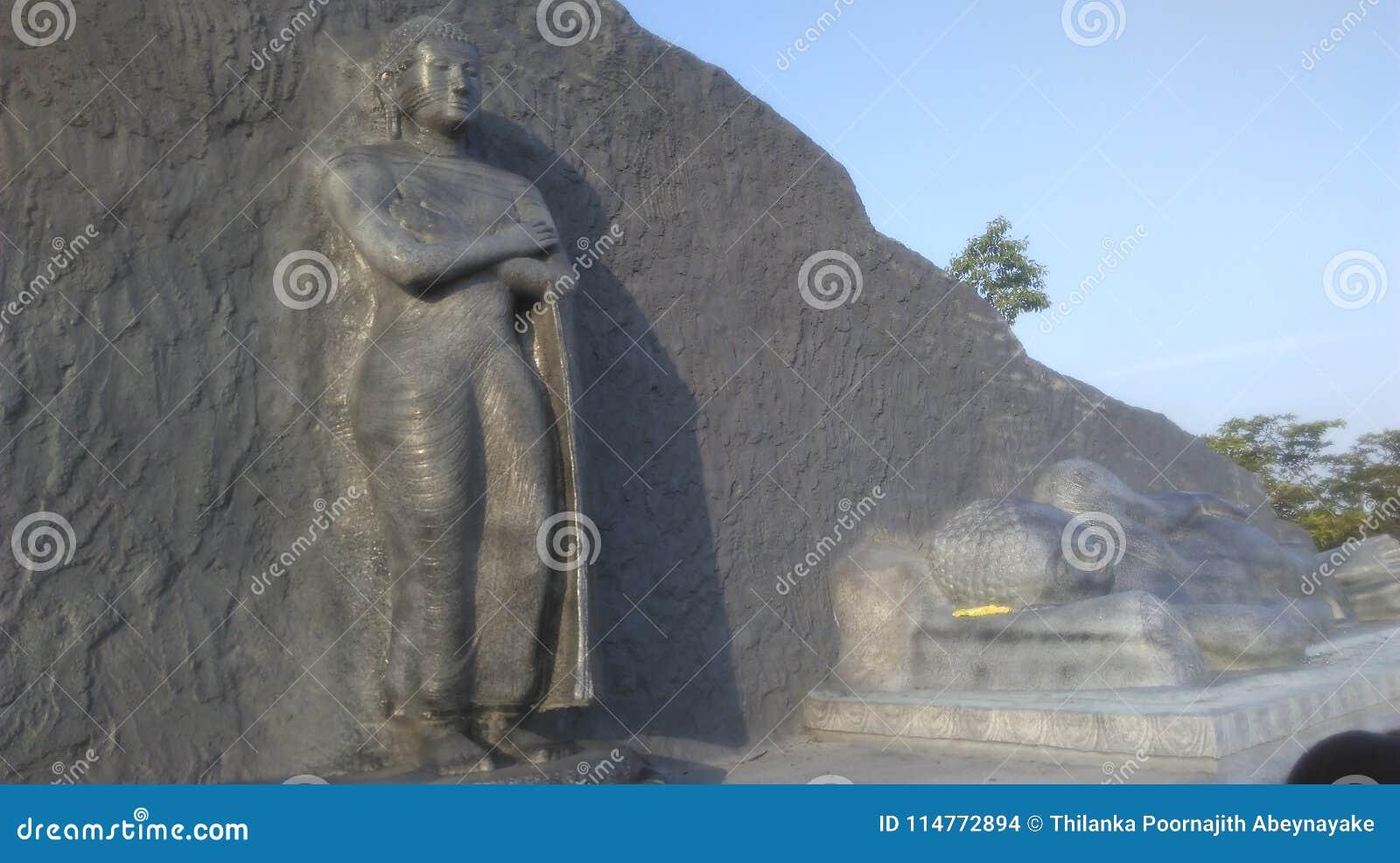 Statue debout de Bouddha et la statue étendue de Bouddha dans Polonnaruwa Sri Lanka