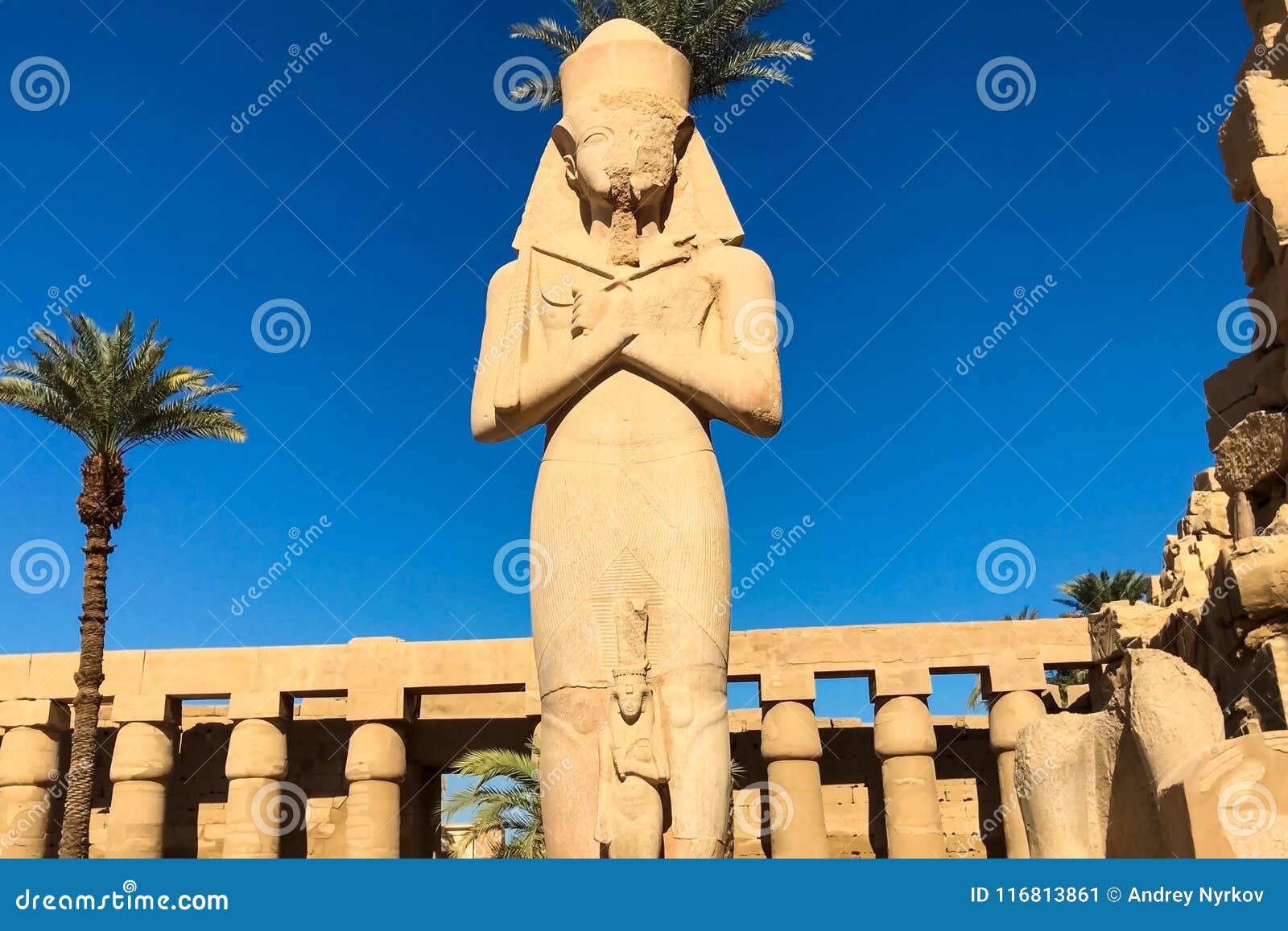 Statue dell altro Egitto Con le megaliti dei monumenti del tempio