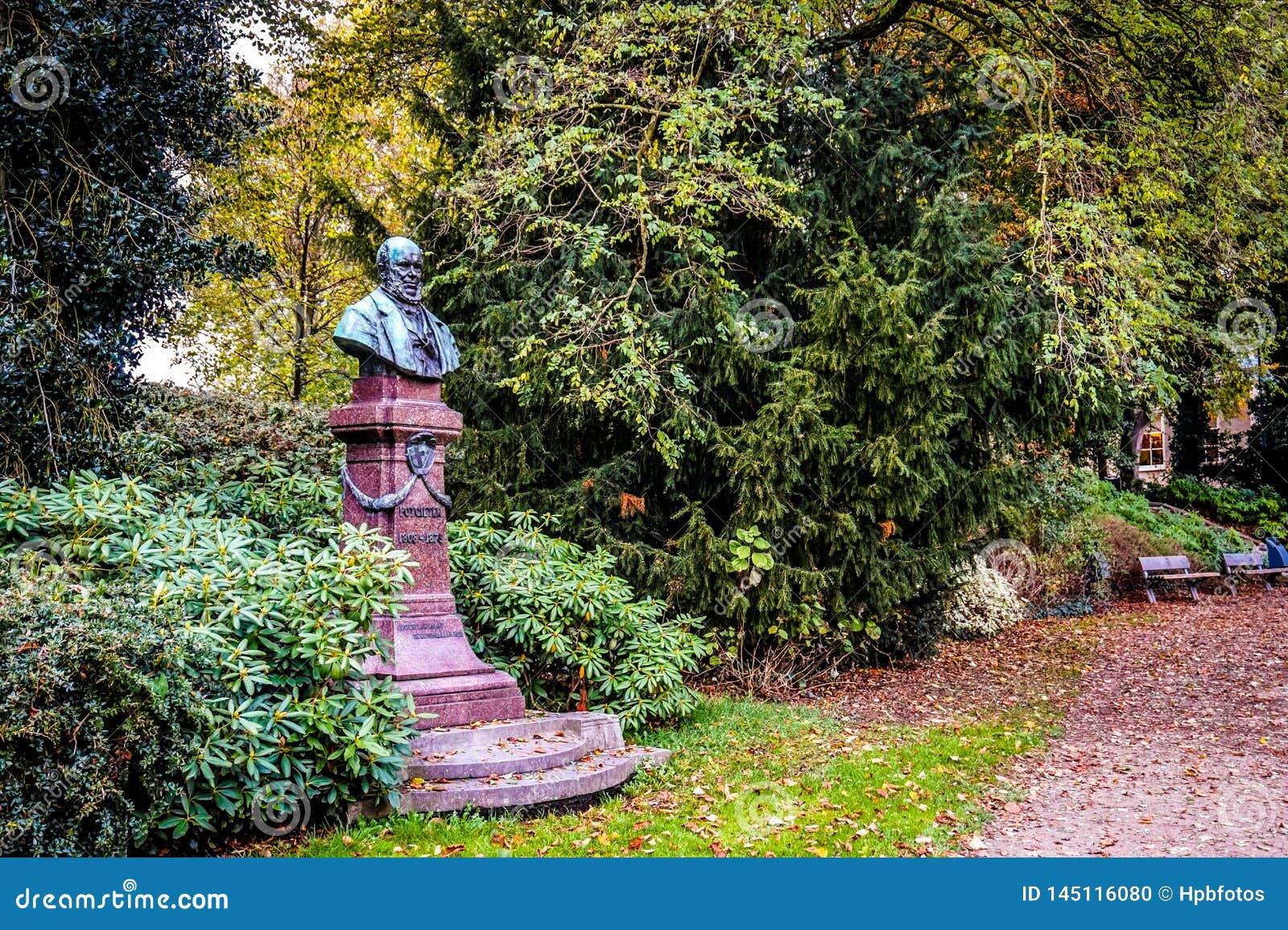 Statue der historischer Persönlichkeit Potgieter in Zwolle