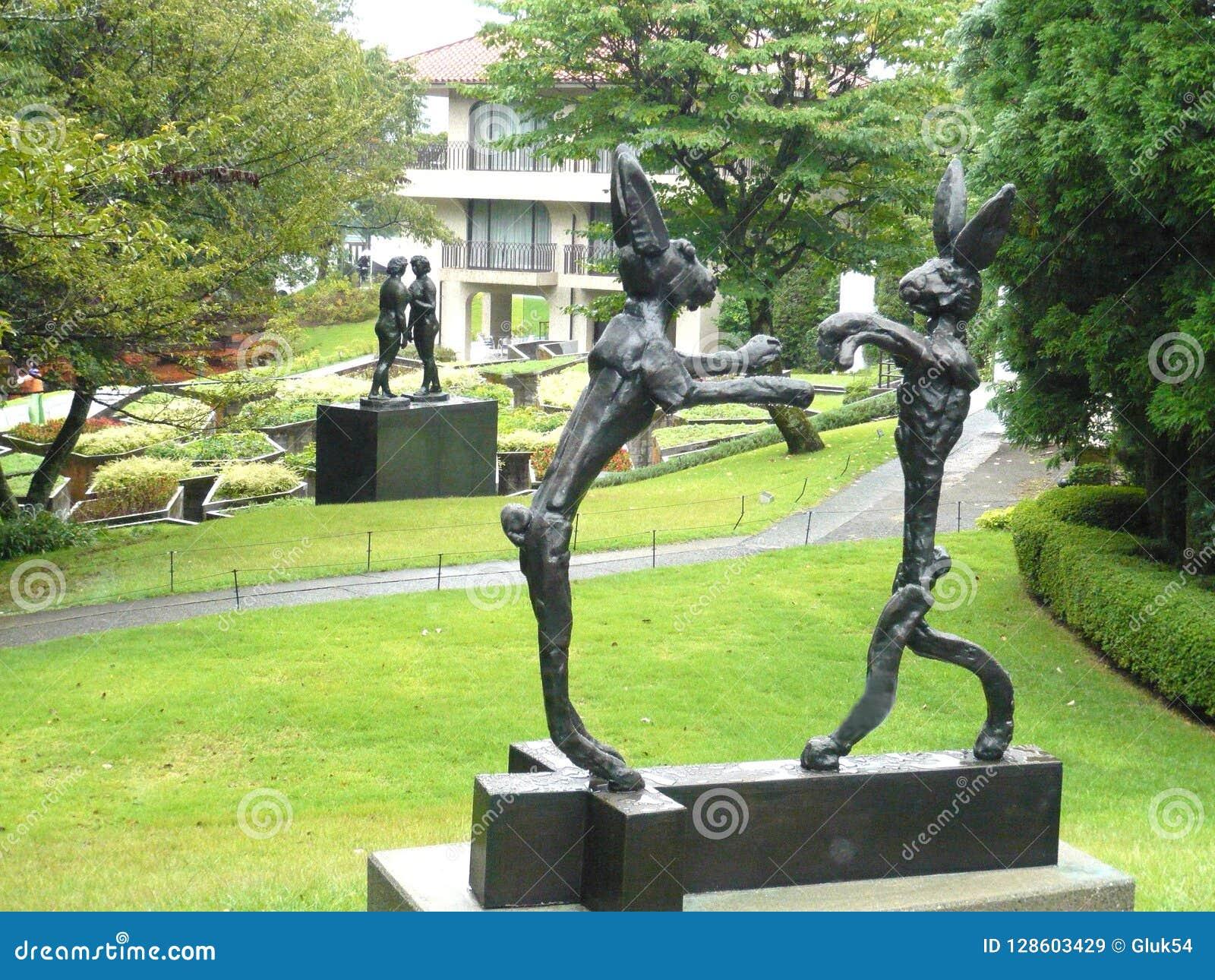 Statue di una coppia le lepri e di una coppia le donne nel museo Giappone dell aria aperta di Hakone