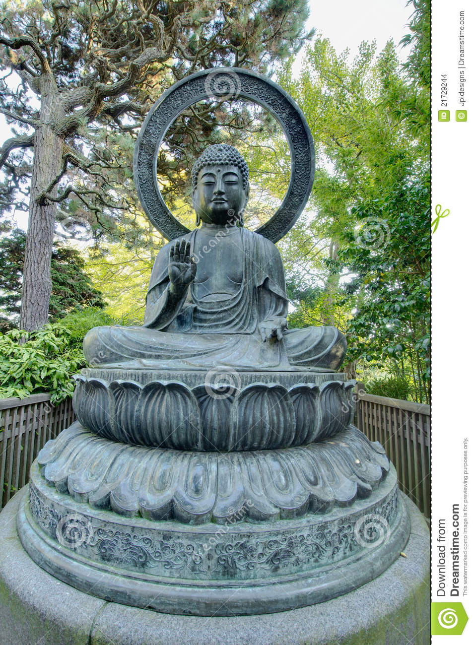 statue en bronze de bouddha dans le jardin japonais images stock image 21729244. Black Bedroom Furniture Sets. Home Design Ideas