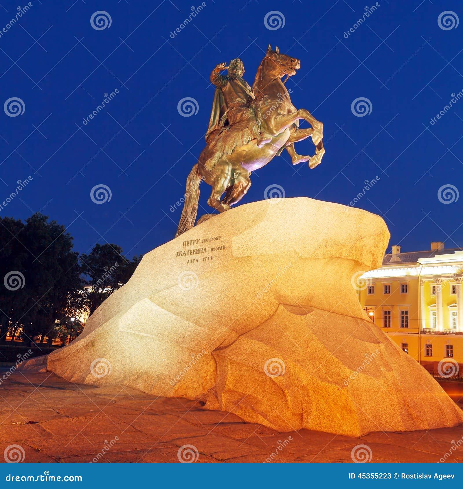 Statue en bronze de cavalier la nuit, St Petersbourg, Russie