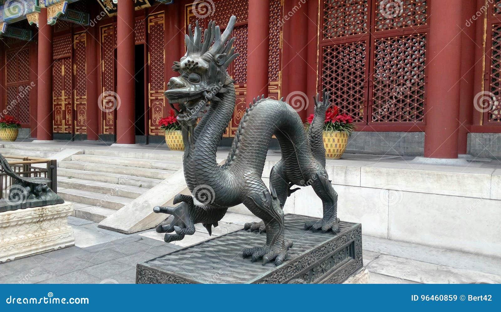 Statue en bronze de dragon gardant la porte est - palais d été, Pékin