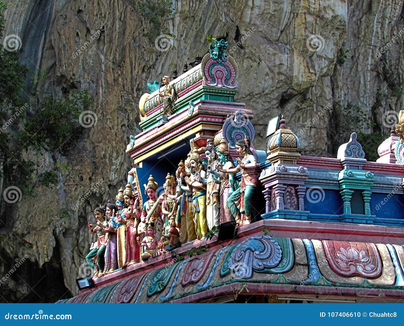 Statue sul tetto del tempio indù indiano di Sri Subramaniar