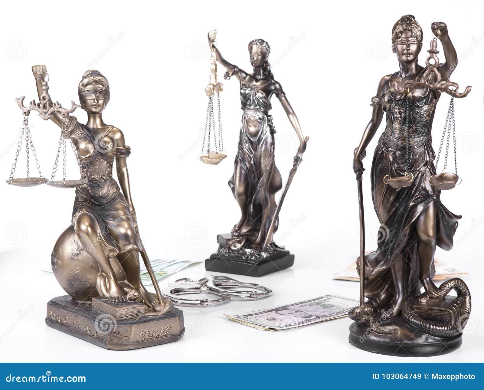 Statue von Gerechtigkeit Themis mit Geldeuros und -dollar Bestechungsgeld und Verbrechenkonzept