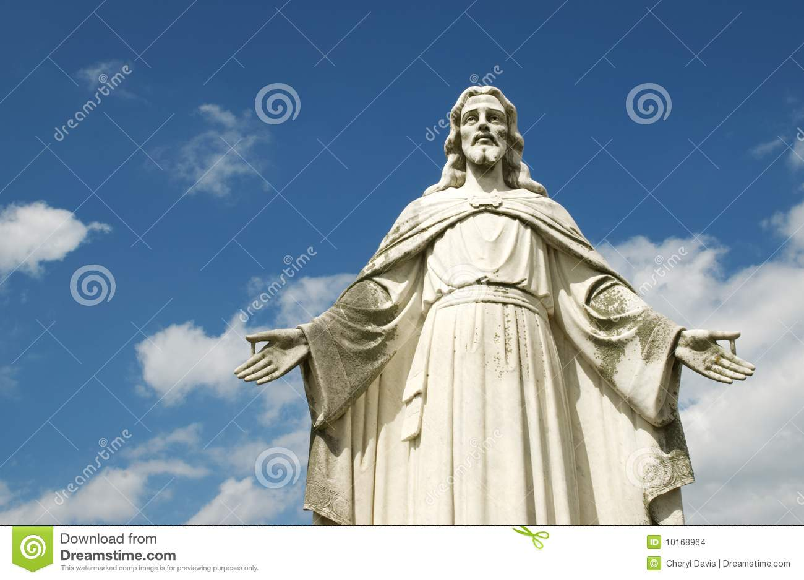 Statue von Jesus mit geöffnete Arm-blauem Himmel