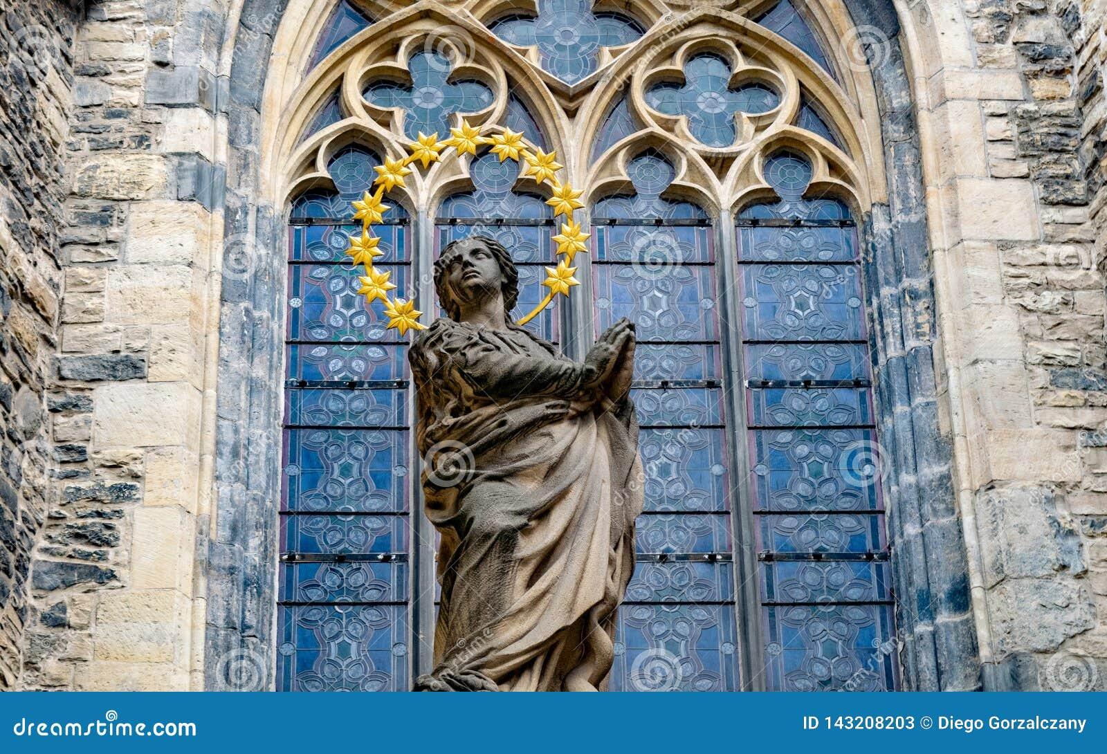 Statue vor gotischer Kirche in Berlin