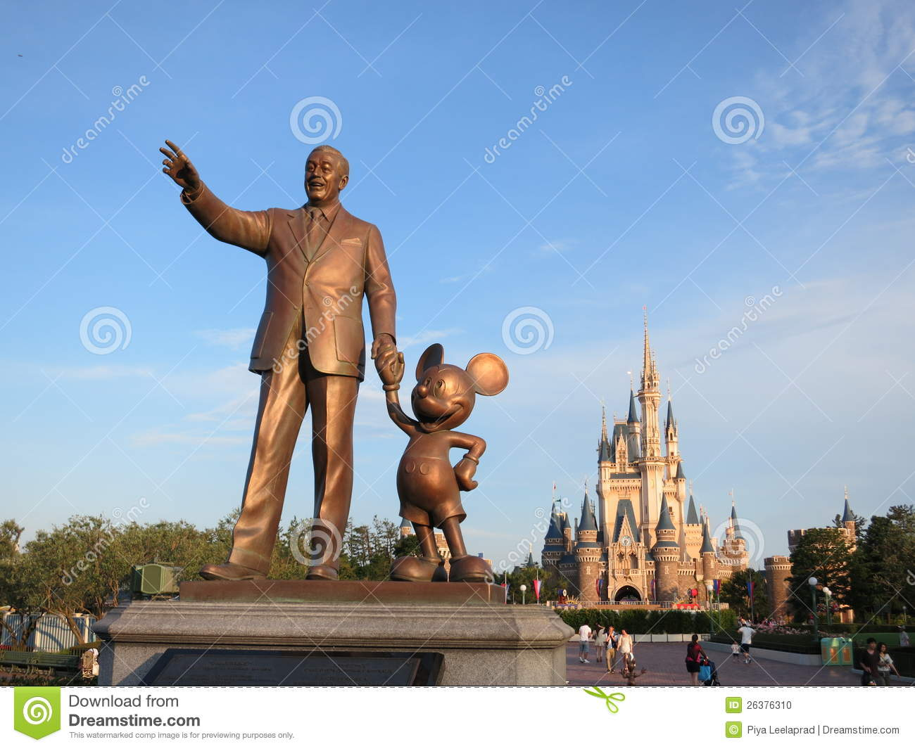 Standbeeld Walt Disney.Statue Of Walt Disney And Mickey Mouse Editorial Image