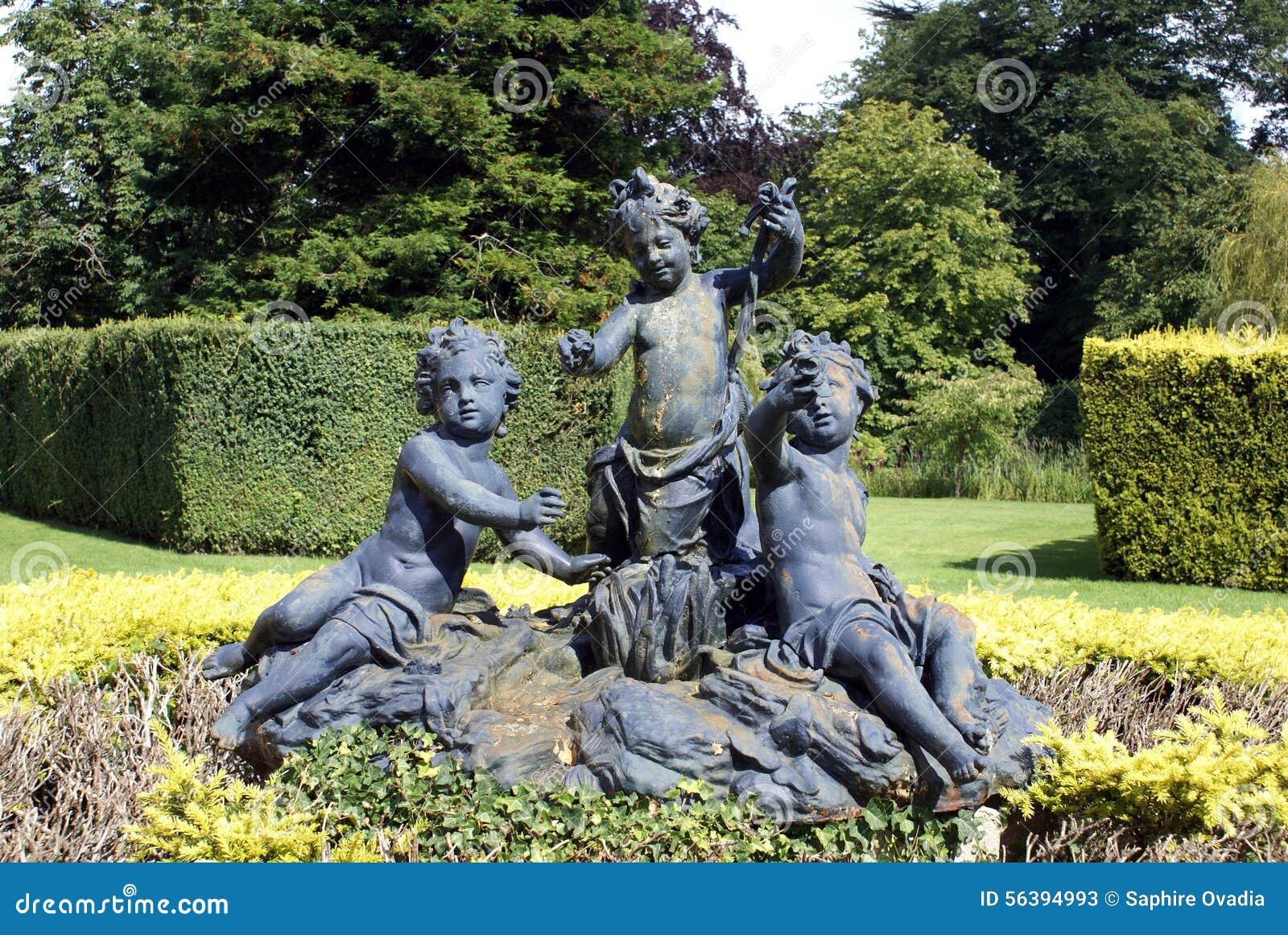 statuen in einem formalen garten eibe topiary in england europa stockfoto bild 56394993. Black Bedroom Furniture Sets. Home Design Ideas
