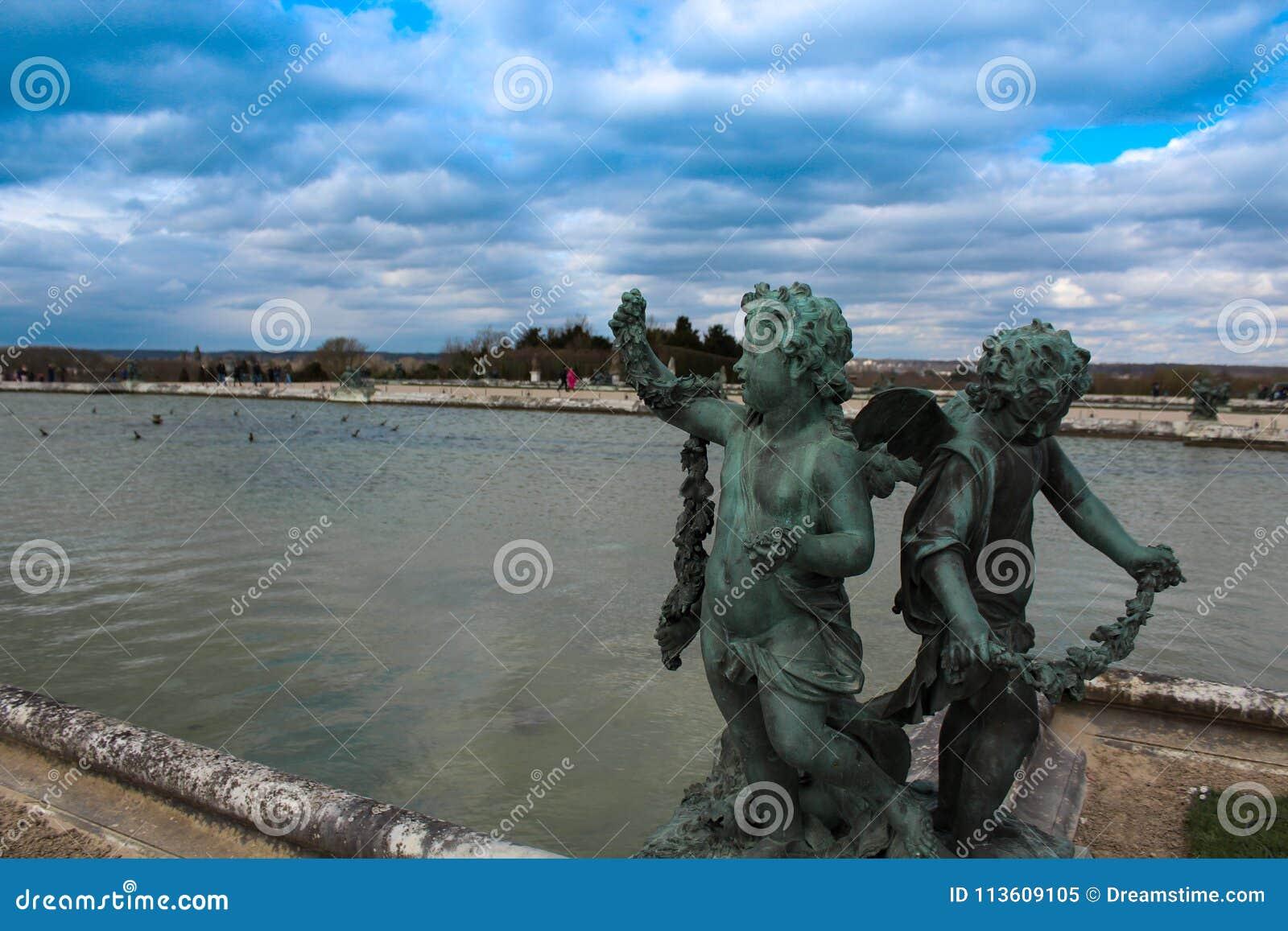 Statuen unter blauem Himmel außerhalb des Palastes von Versailles