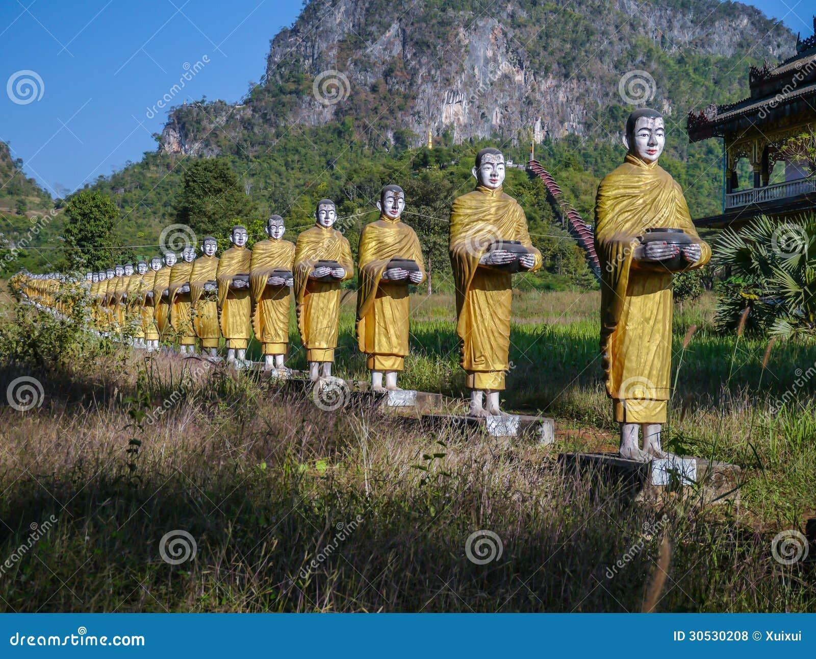 Statues de la promenade de moines bouddhistes rassemblant l aumône