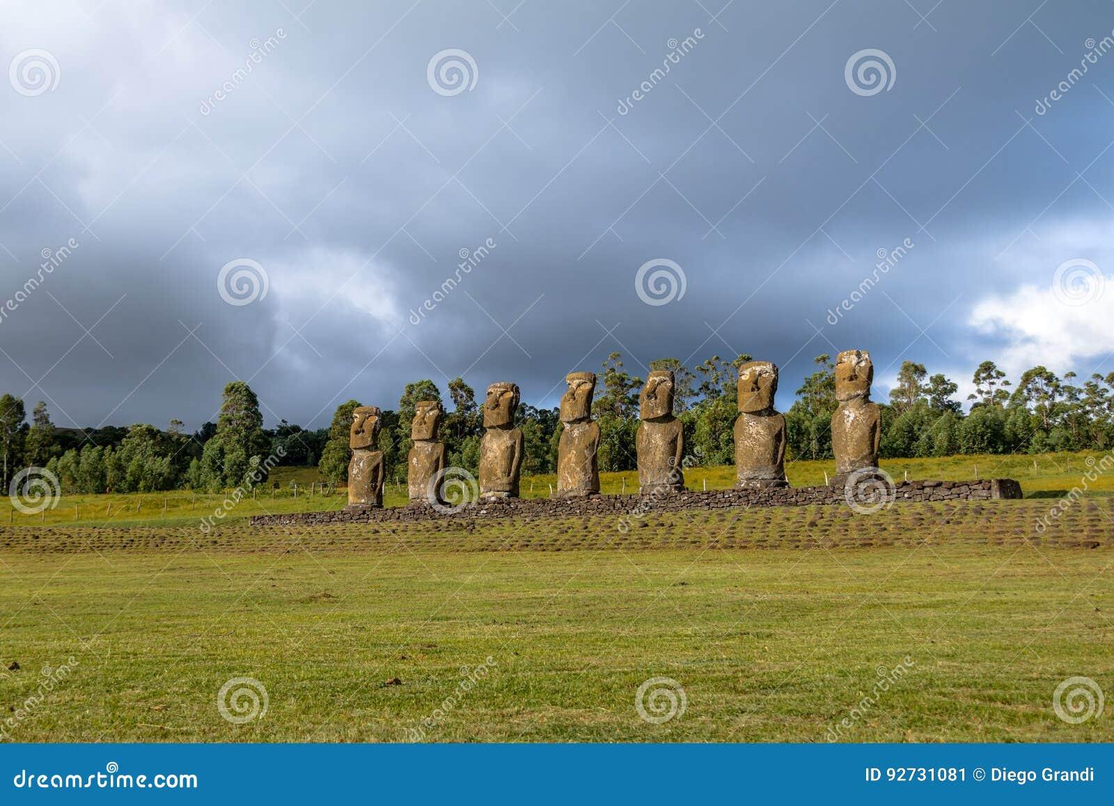 Statues de Moai d Ahu Akivi, le seul Moai faisant face à l océan - île de Pâques, Chili