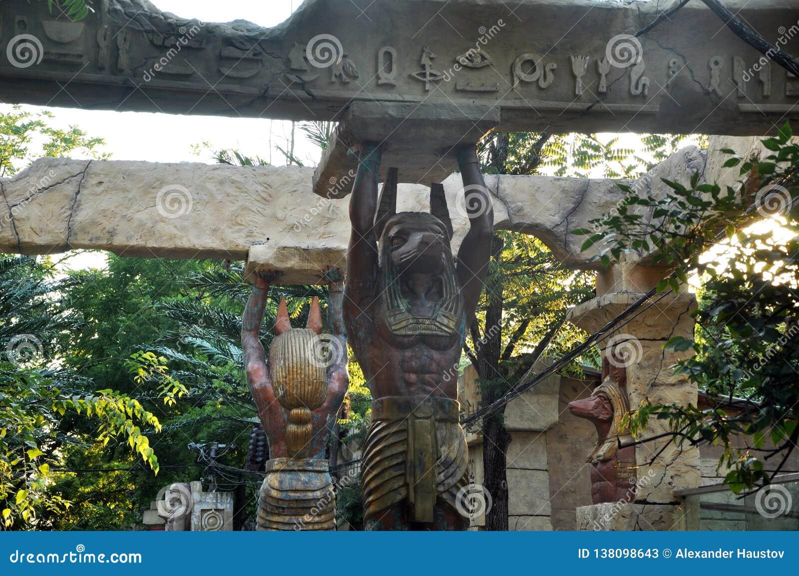 Statues et colonnes et palmiers égyptiens paysage