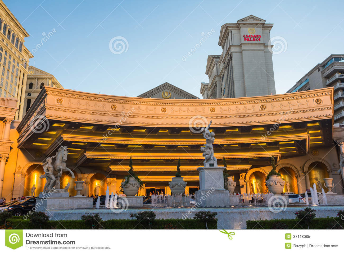 Statues and fountains at the entrance of caesar 39 s palace for Garden statues las vegas nv