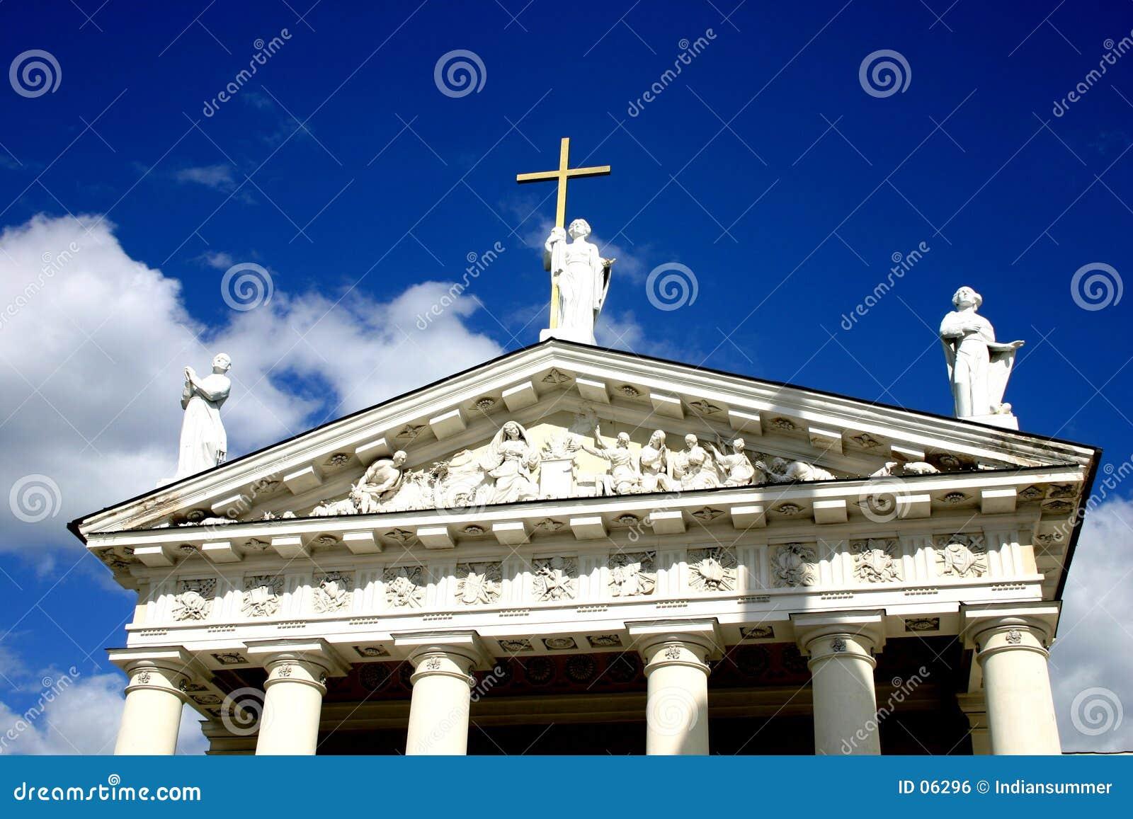 Statues sur le toit de cathédrale