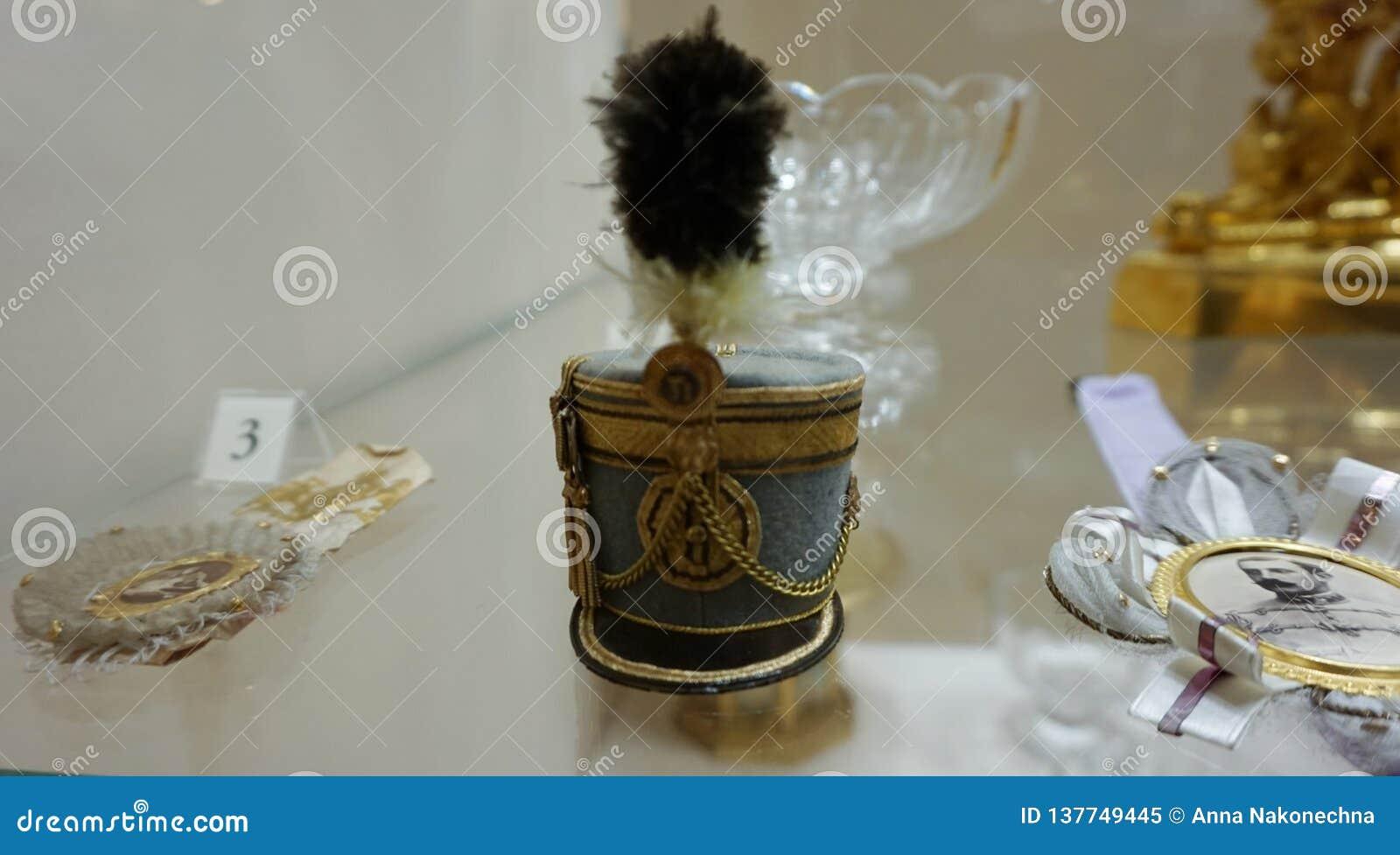 Statuette sous forme de chapeau d armée sur la table