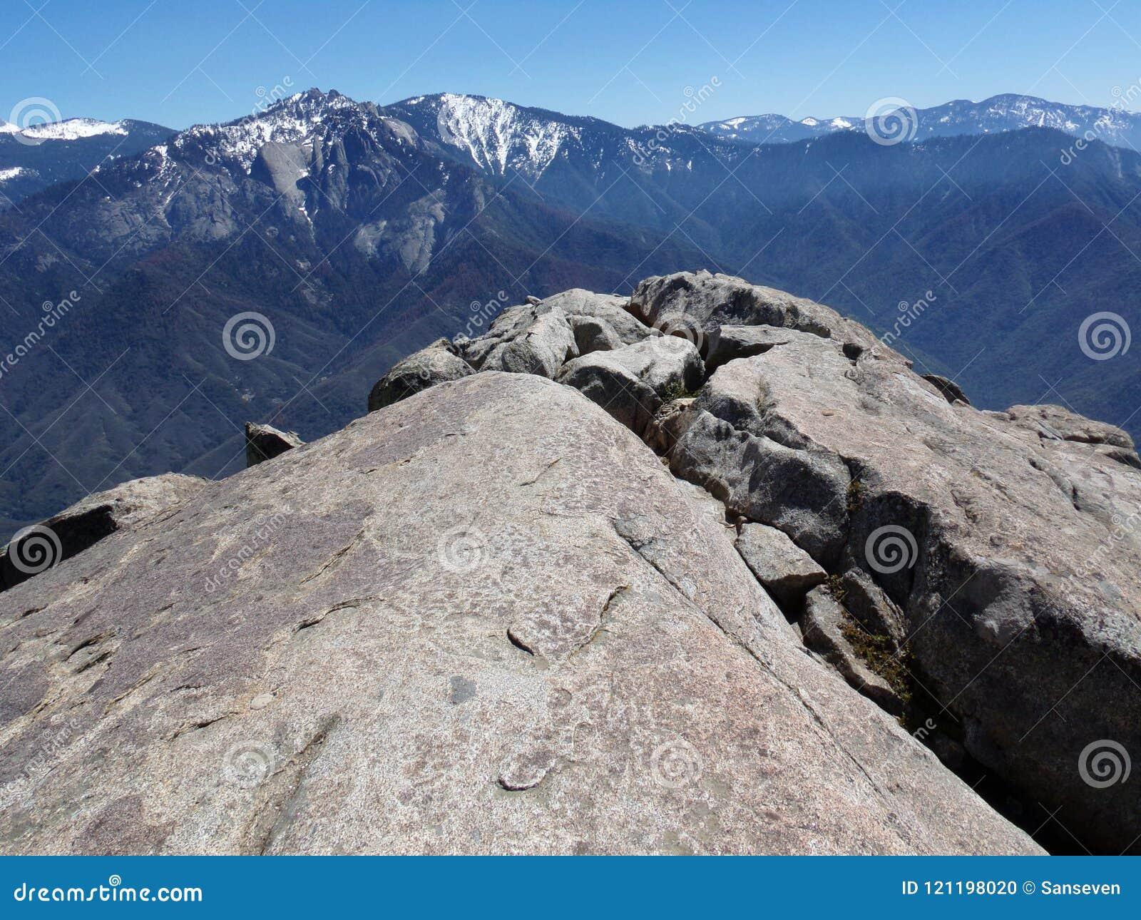 Status bij de rand die van Moro Rock sneeuwbergen en valleien overzien - Sequoia Nationaal Park